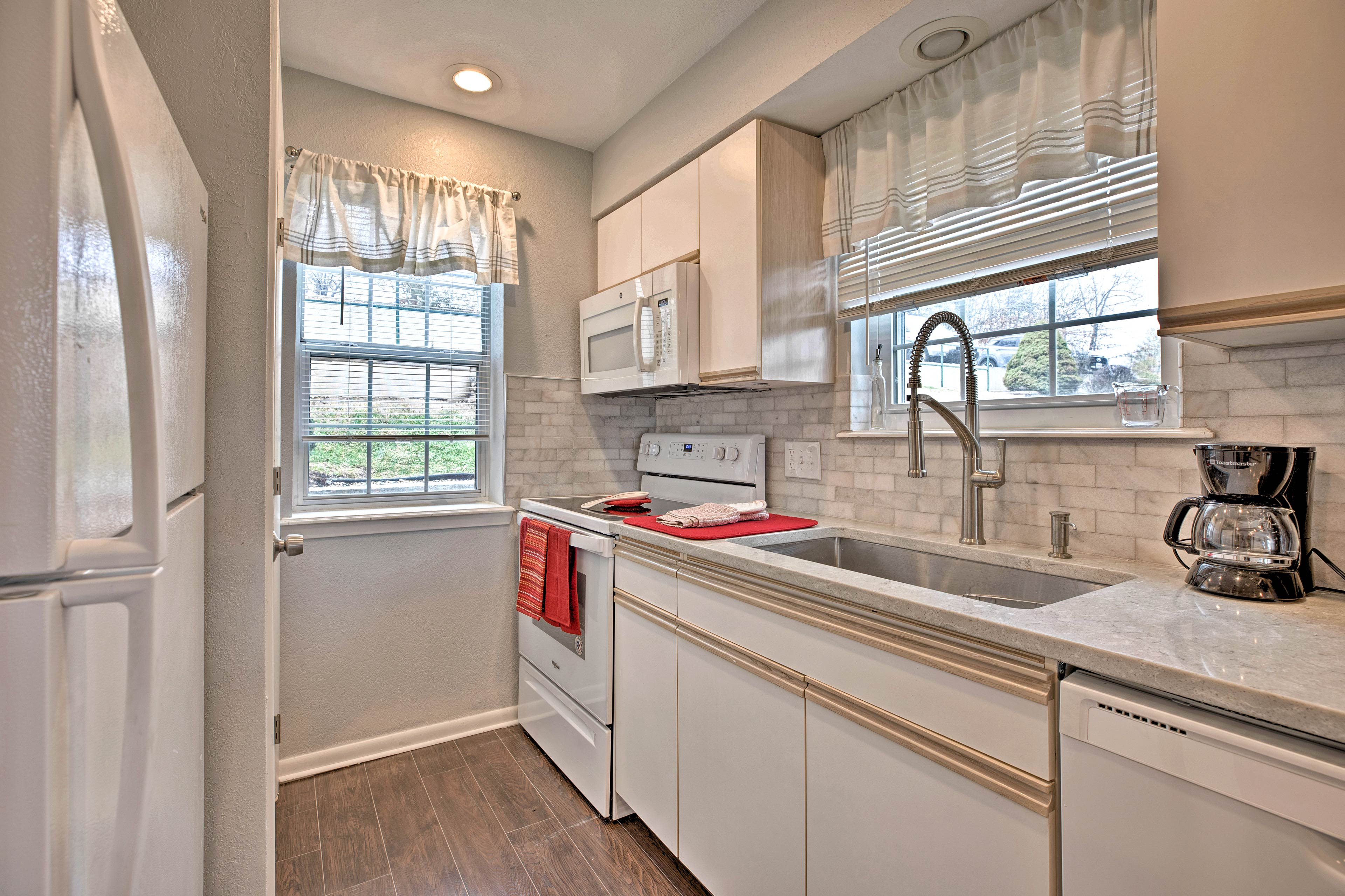 Go out or stay in for a home cooked meal in this fully equipped kitchen.