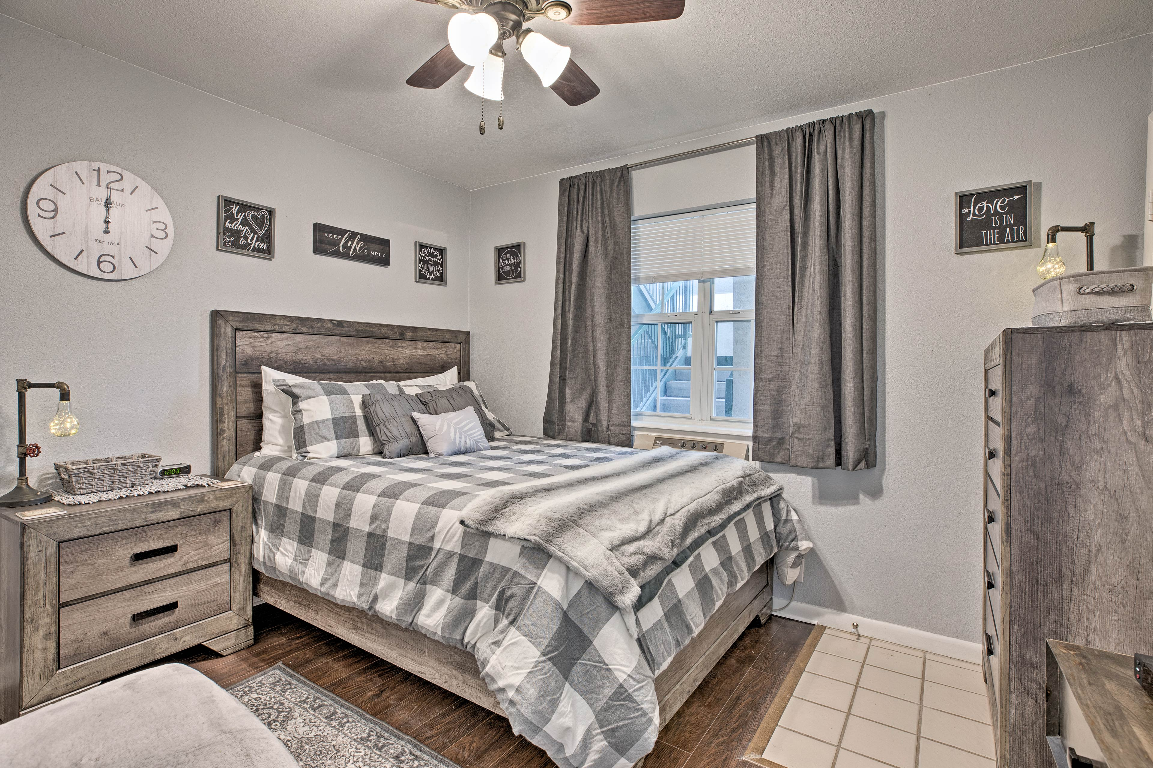 The second bedroom features a queen-sized bed for vacationer's comfort.