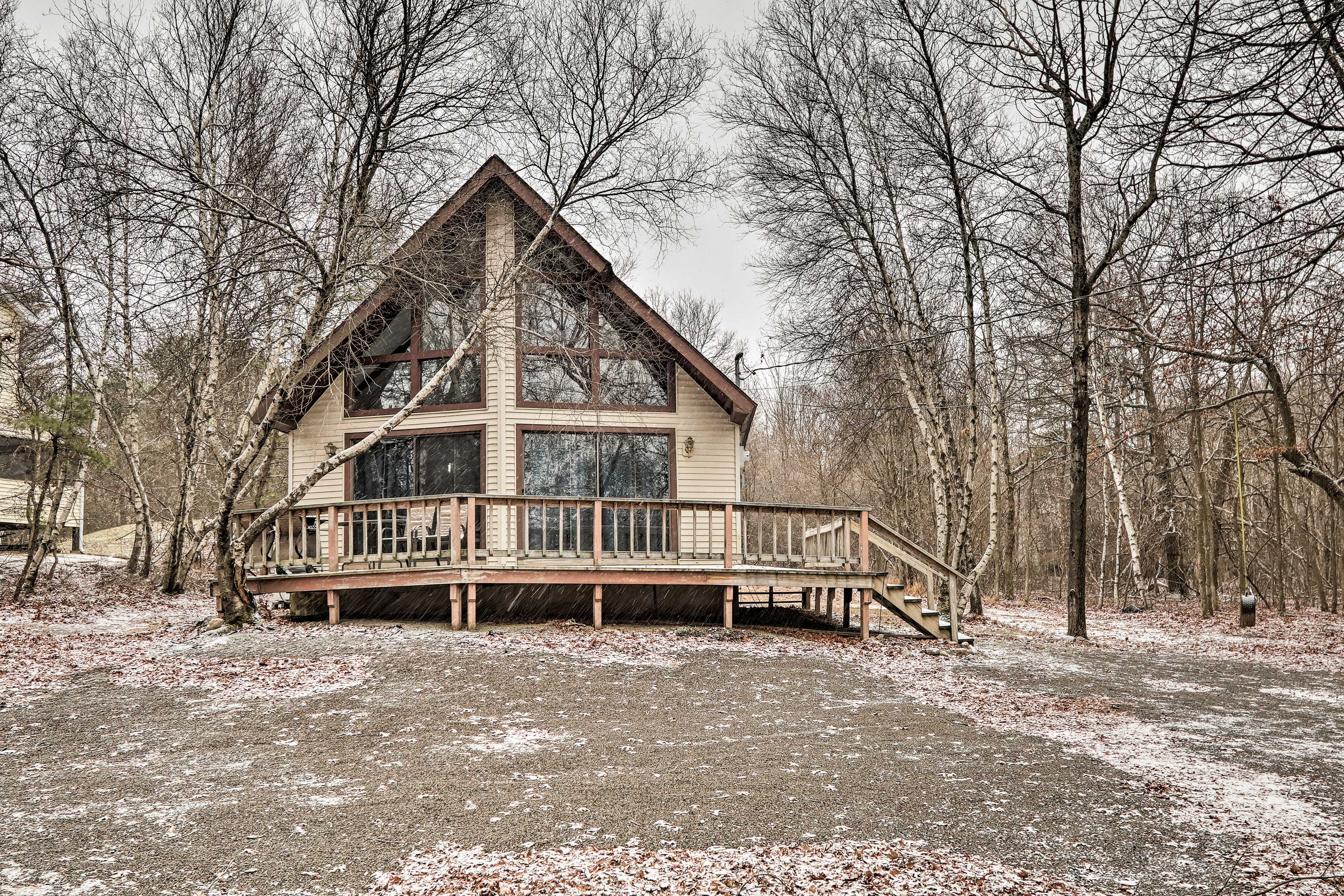 Your 4-legged friends will love this vacation rental in Albrightsville.