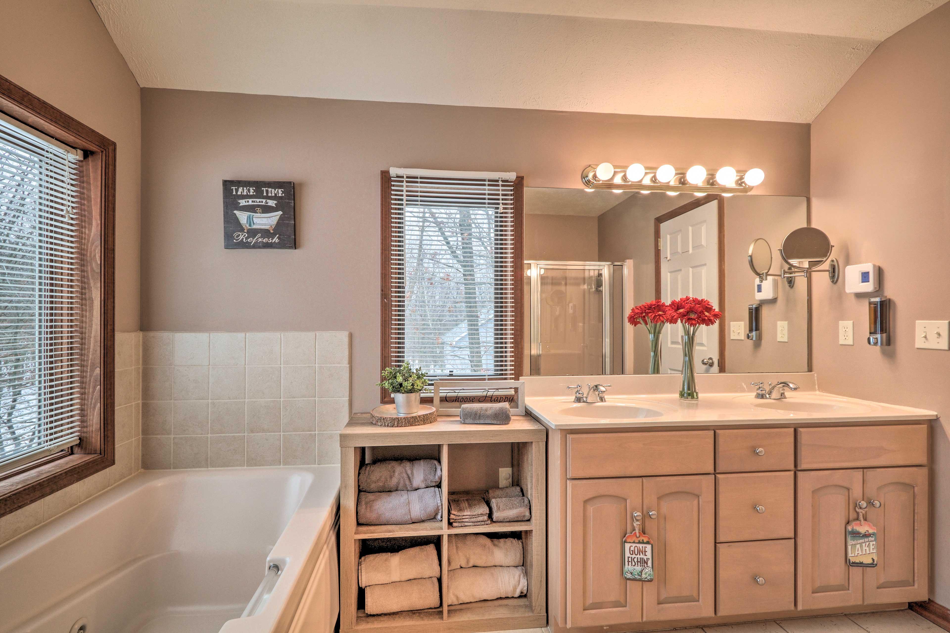Master Bedroom   En-Suite Bathroom   Jetted Tub   Towels Provided