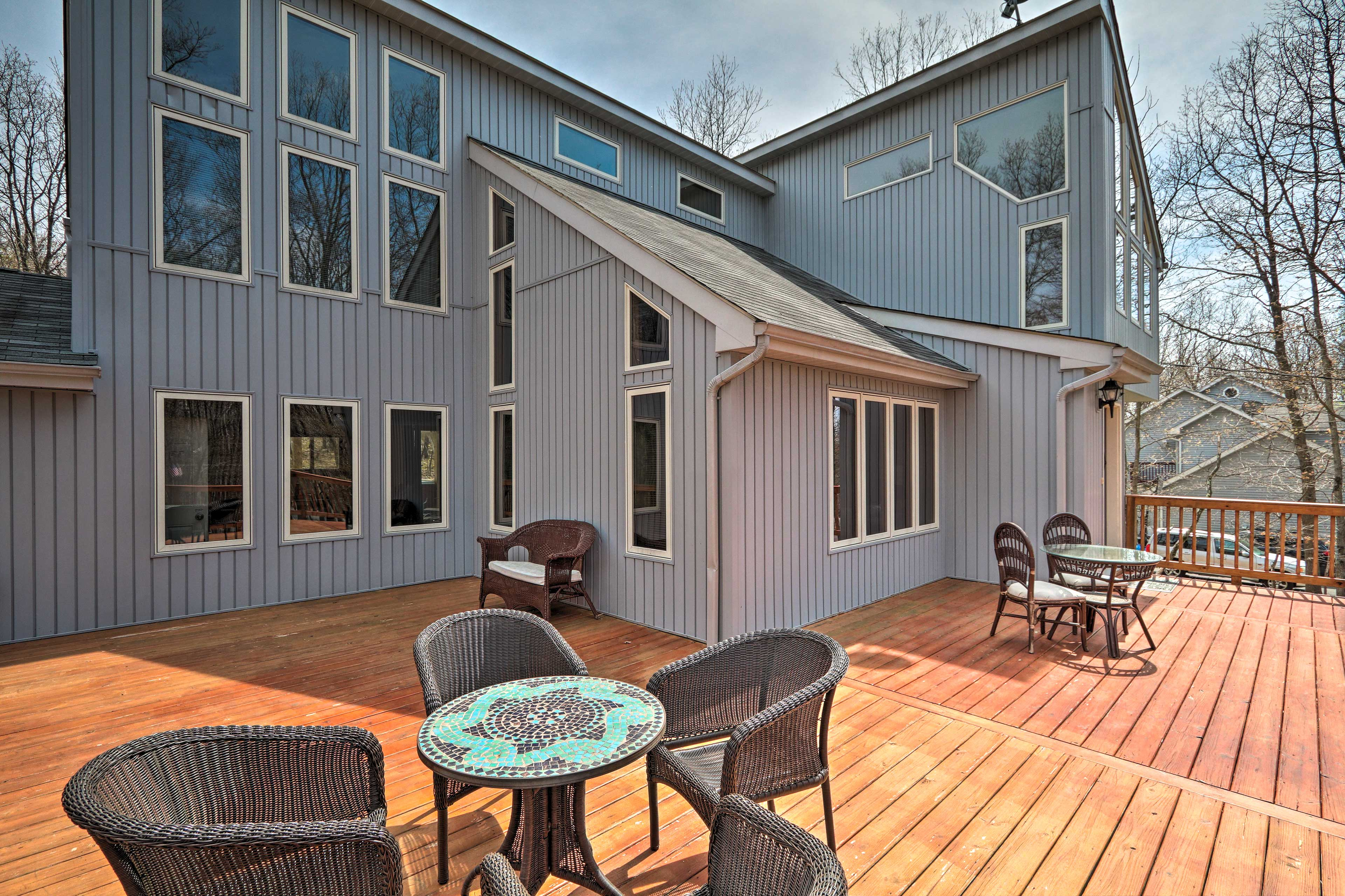 Private Deck   Outdoor Dining Space   Lighting   Steps Required