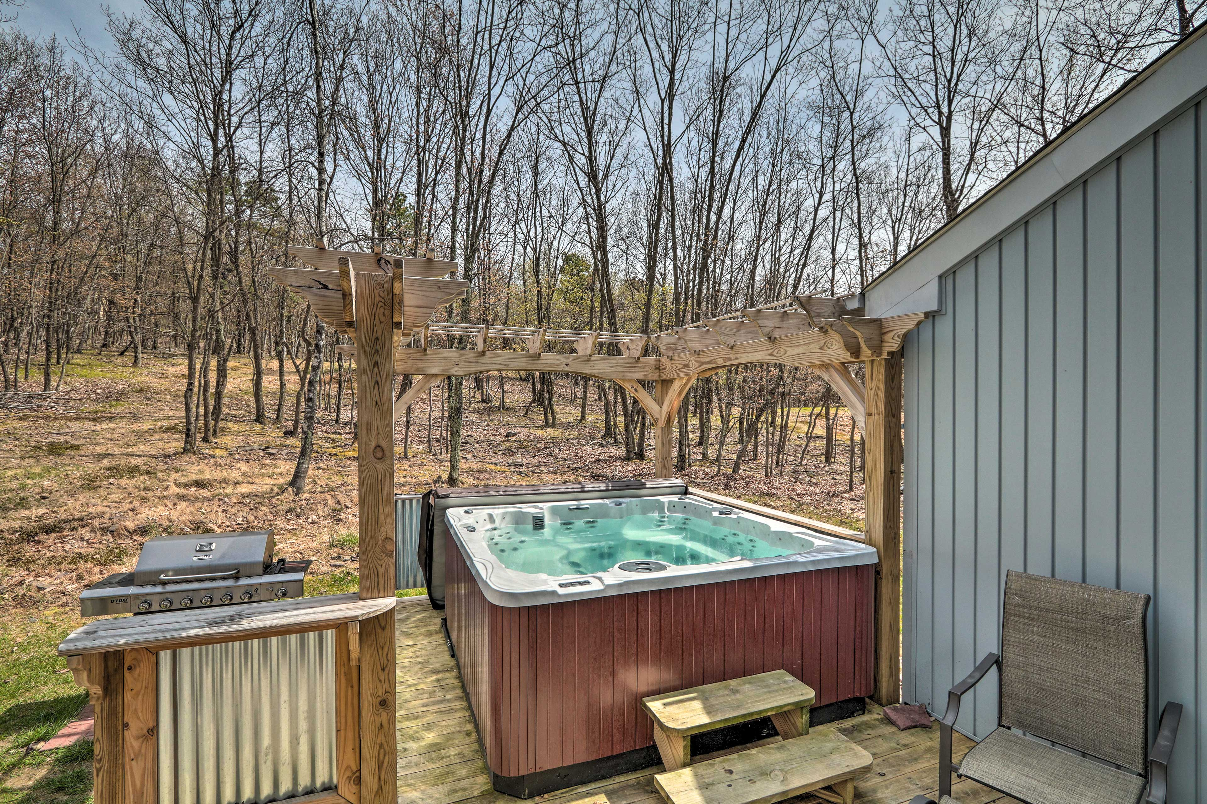 Private Hot Tub   Back Deck   Gas Grill   Wooded Views