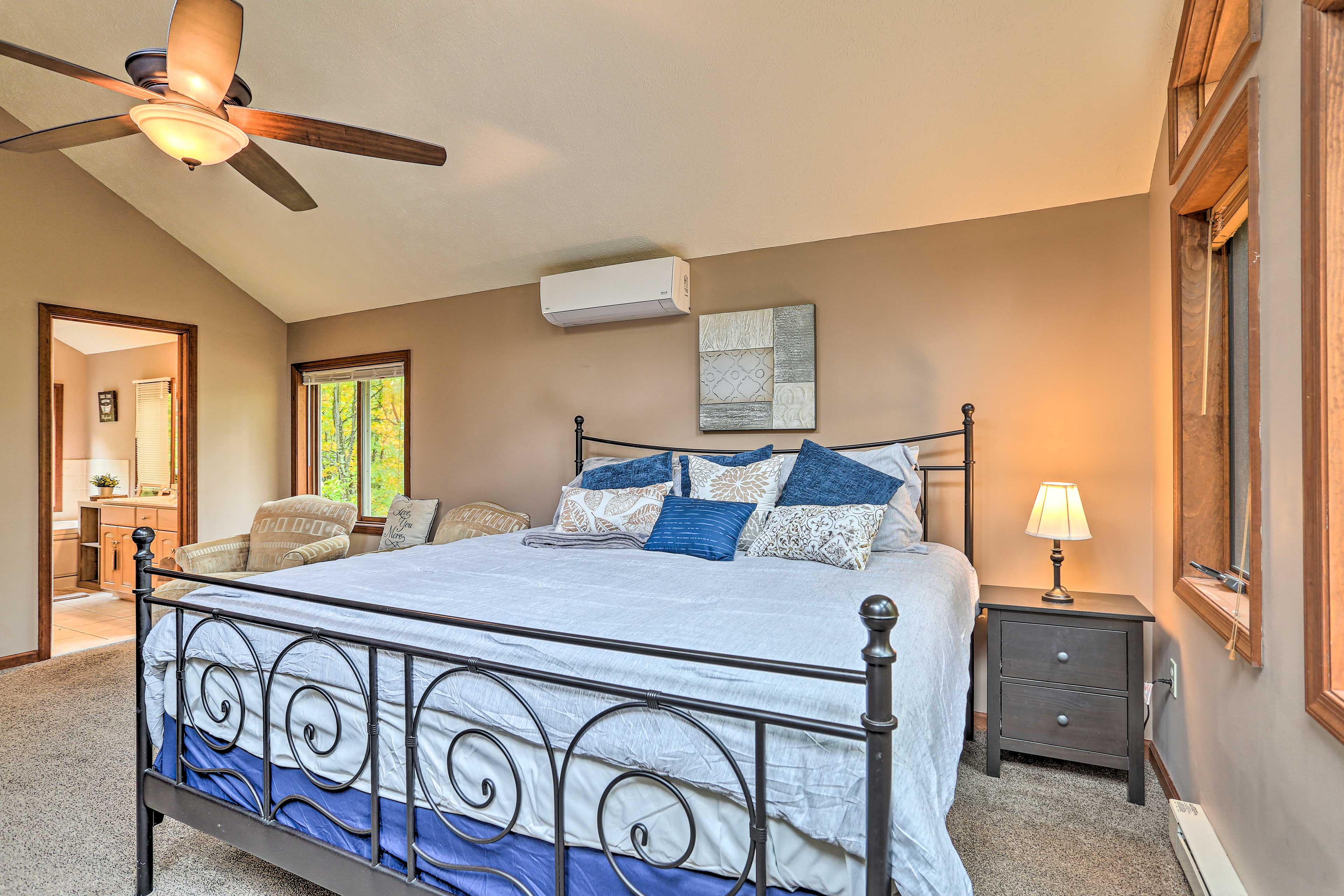 Master Bedroom   King Bed   Linens Provided   Ceiling Fan