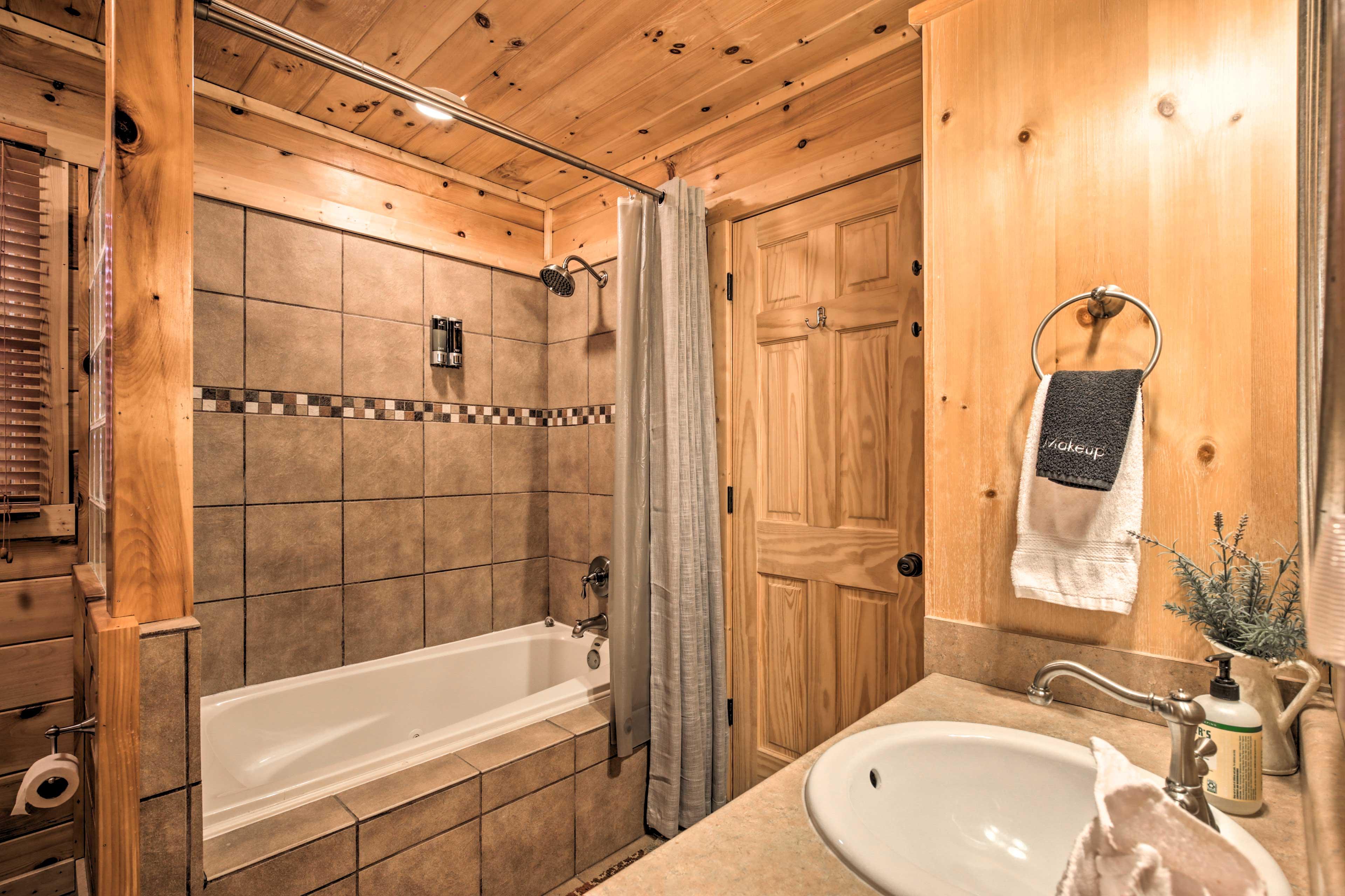 Full En-Suite Bathroom | Towels Provided