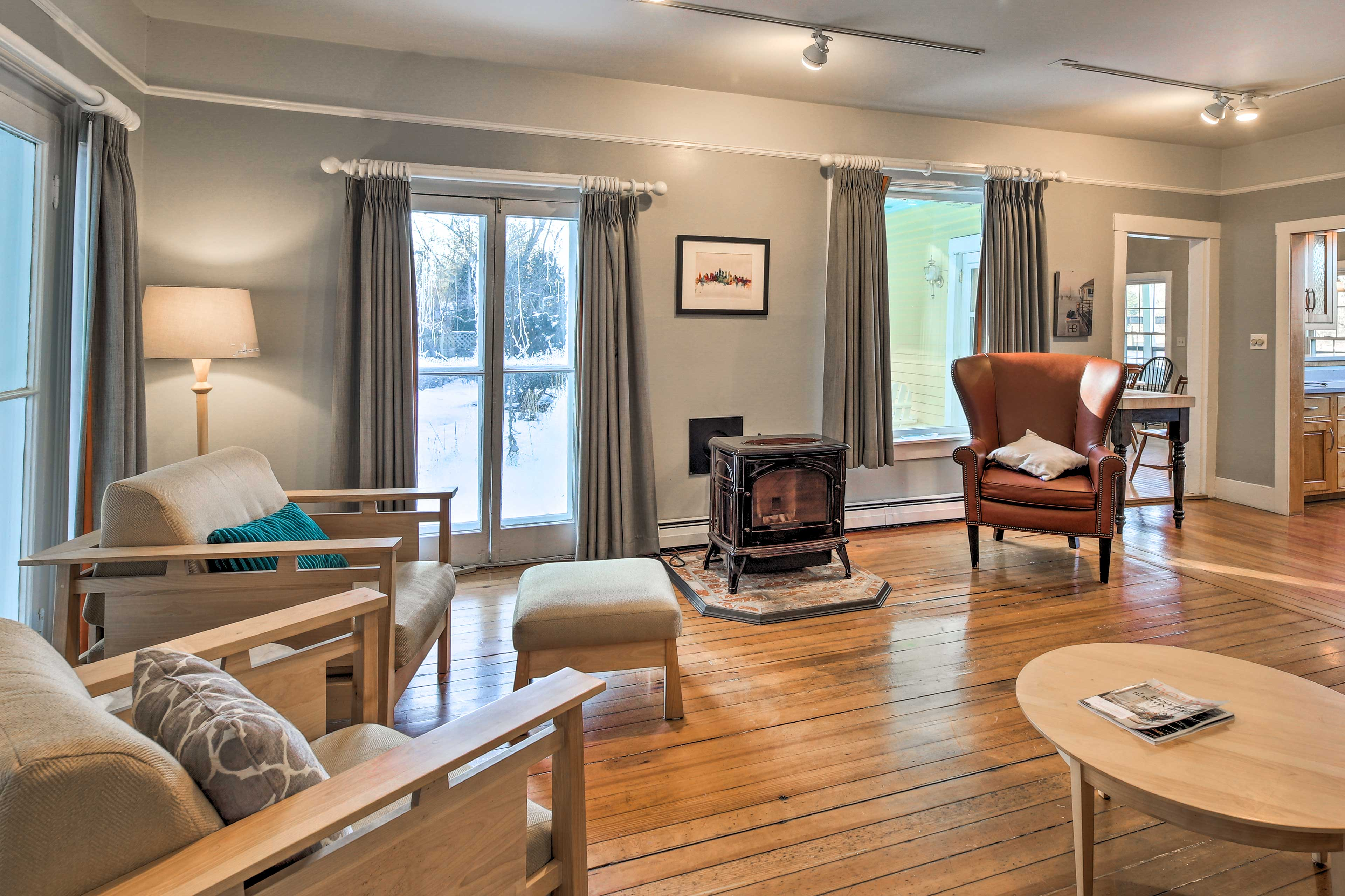 Warm your post-ski toes next to the 'wood-burning' gas stove.