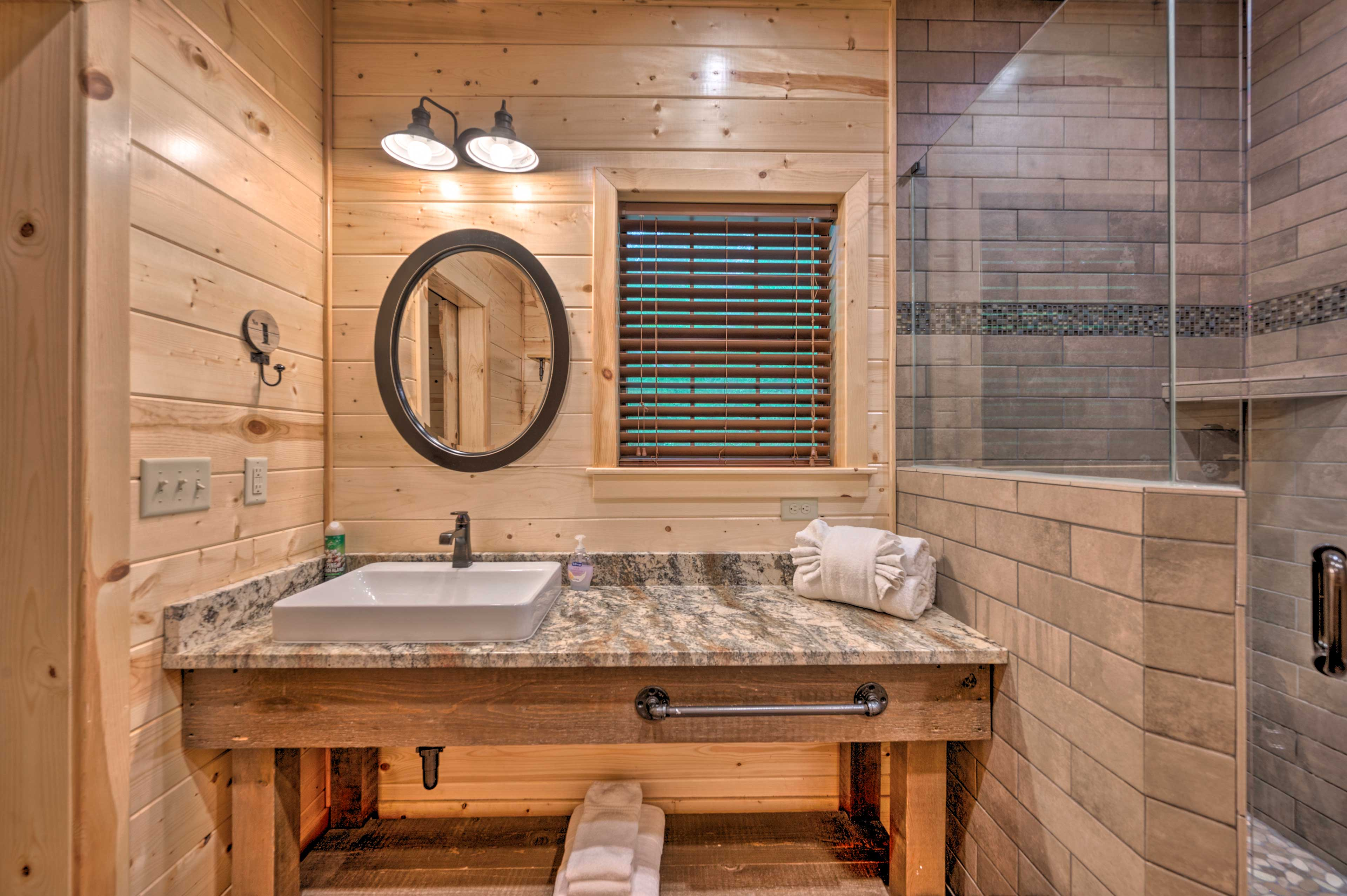 Full Bathroom | Complimentary Toiletries | Towels Provided
