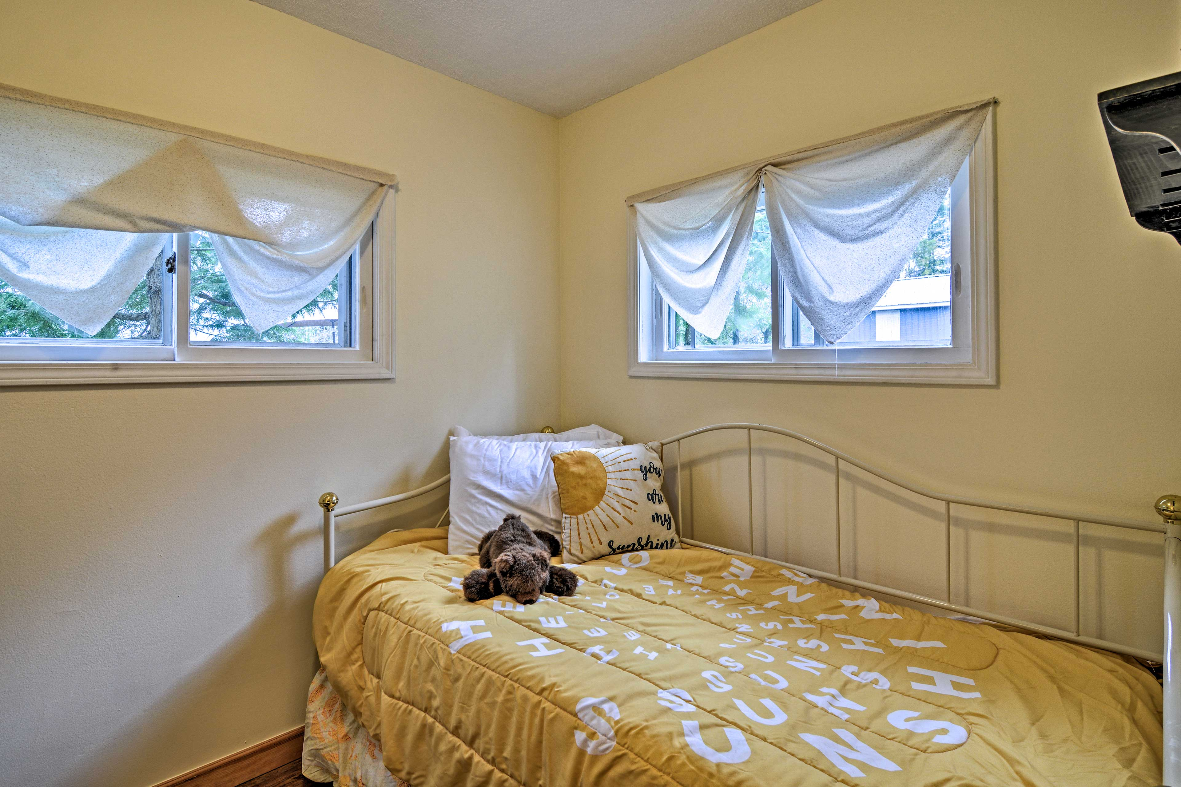 Bedroom 2 | Twin Daybed w/ Twin Trundle