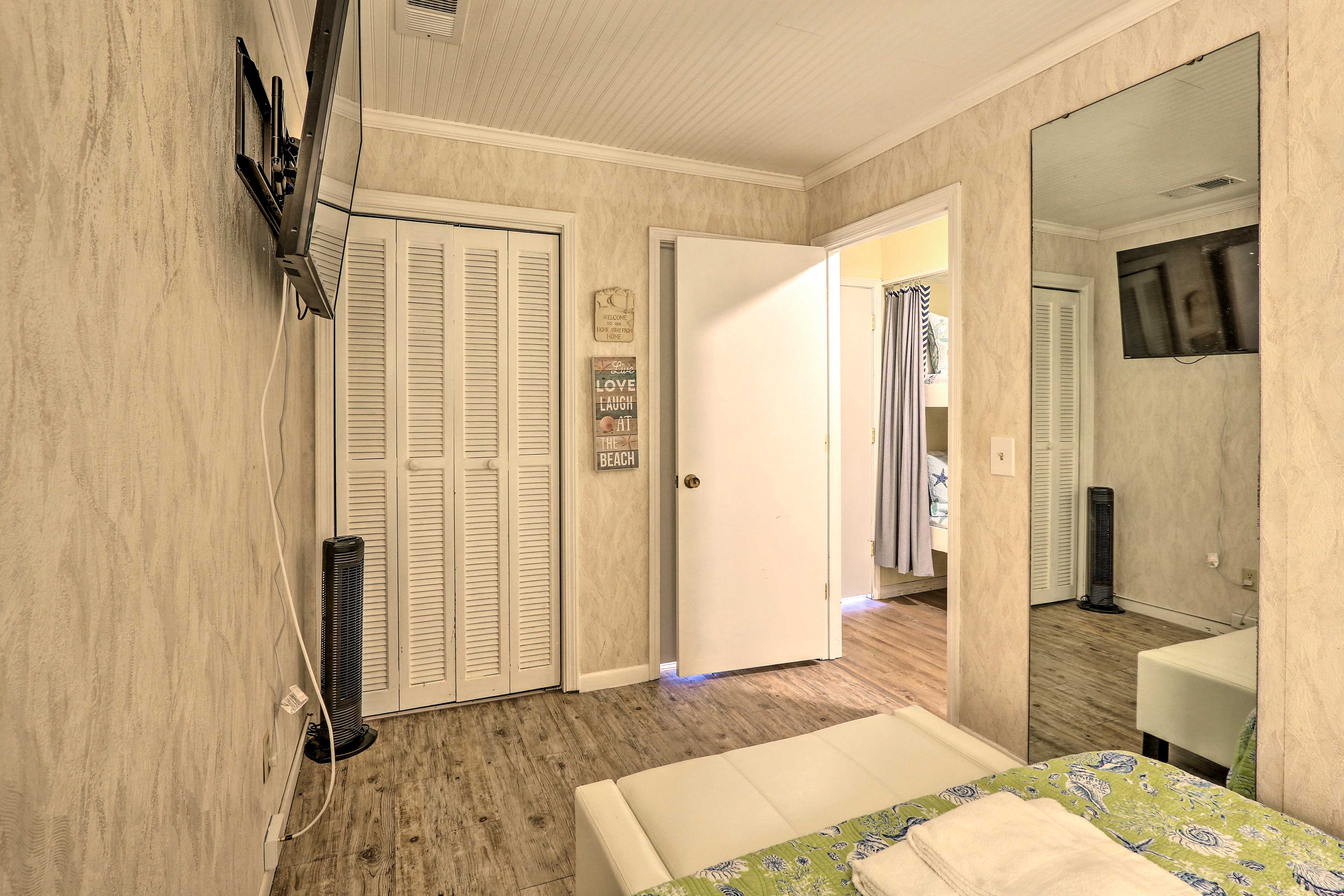 The room includes a flat-screen TV.