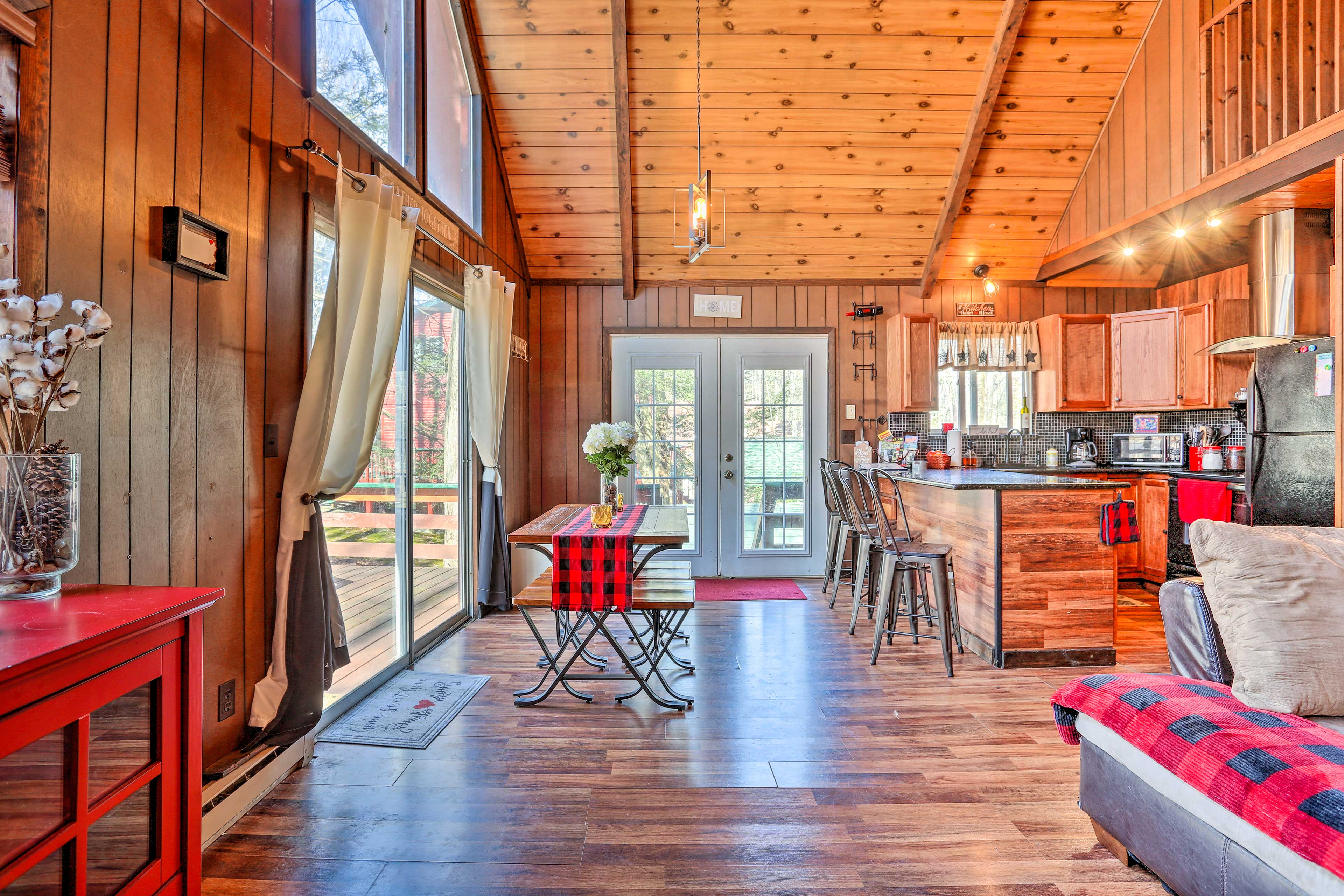 The spacious Lake Ariel cabin is tastefully furnished from tip to tail!