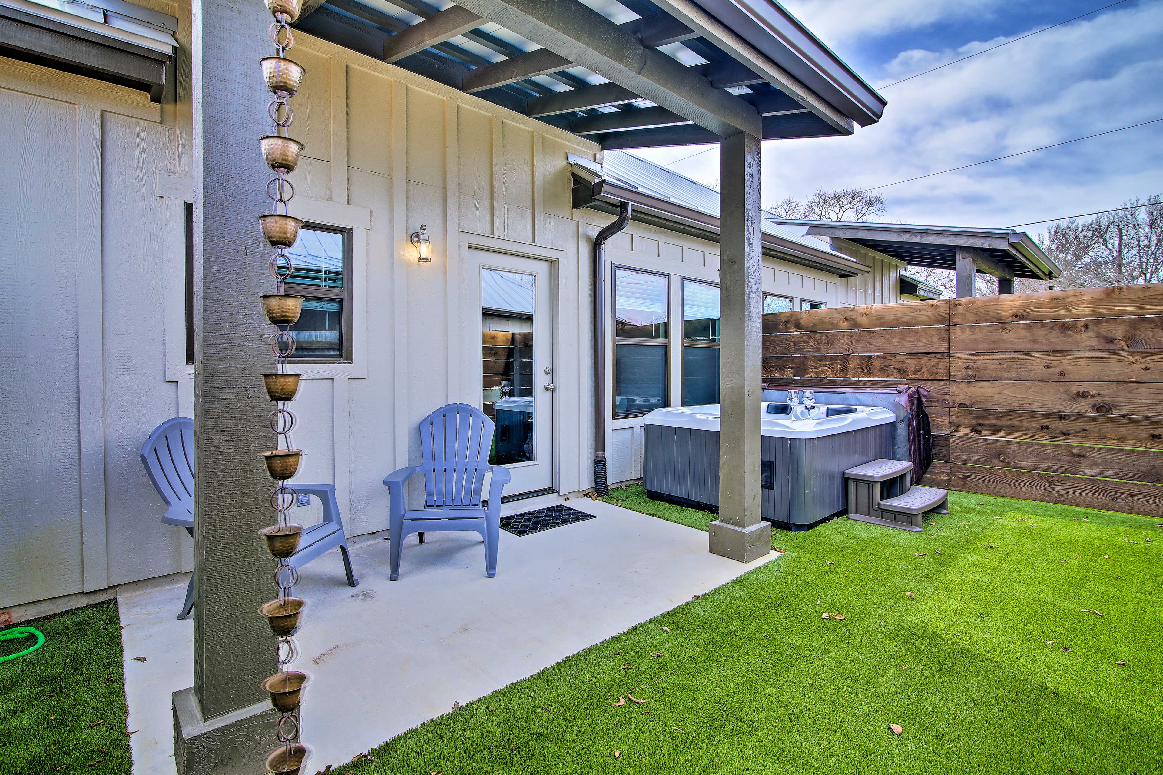 The private yard has a hot tub and artificial grass.
