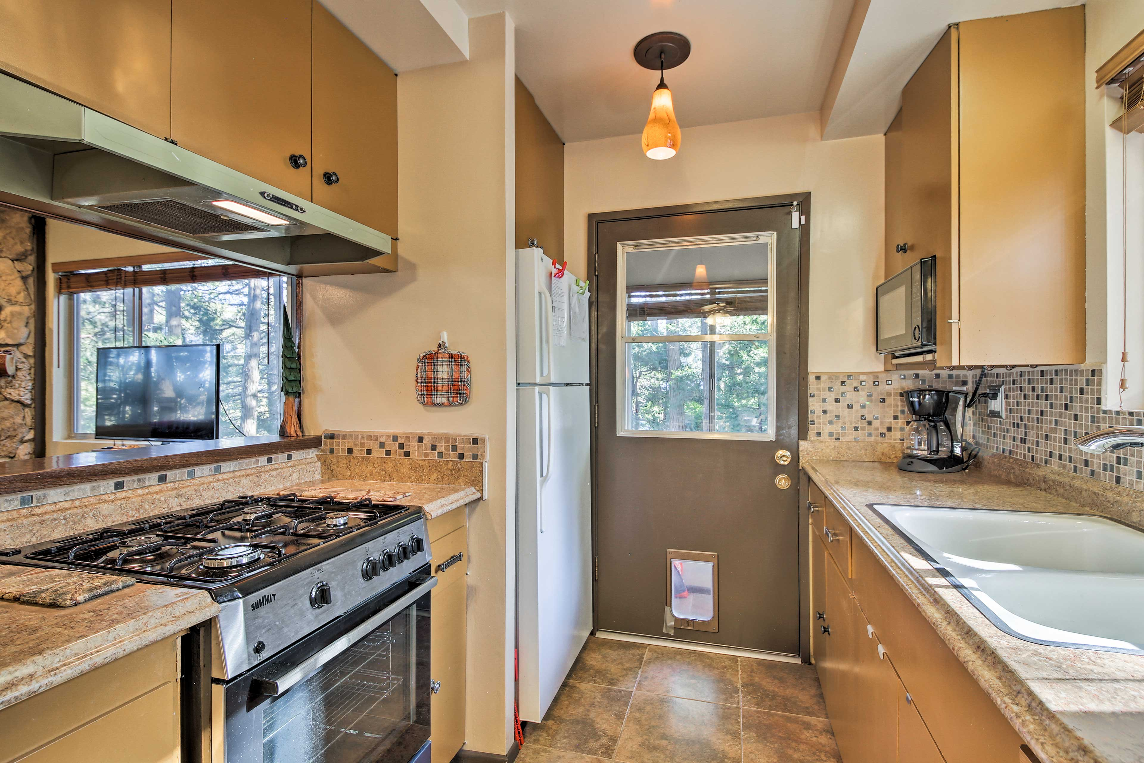 There's no need to eat out thanks to the spacious kitchen!