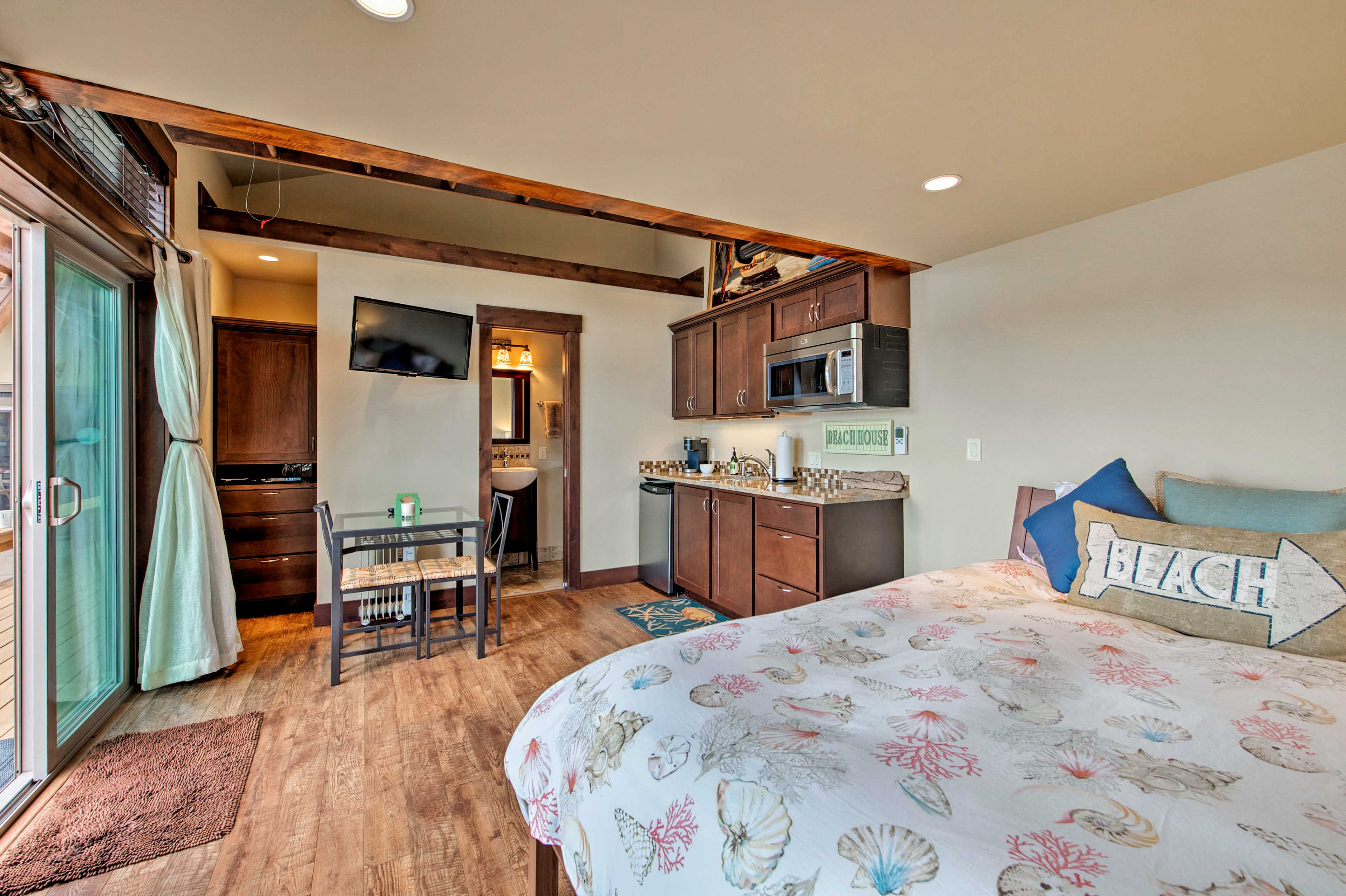 This room has a queen-sized for 2 guests.