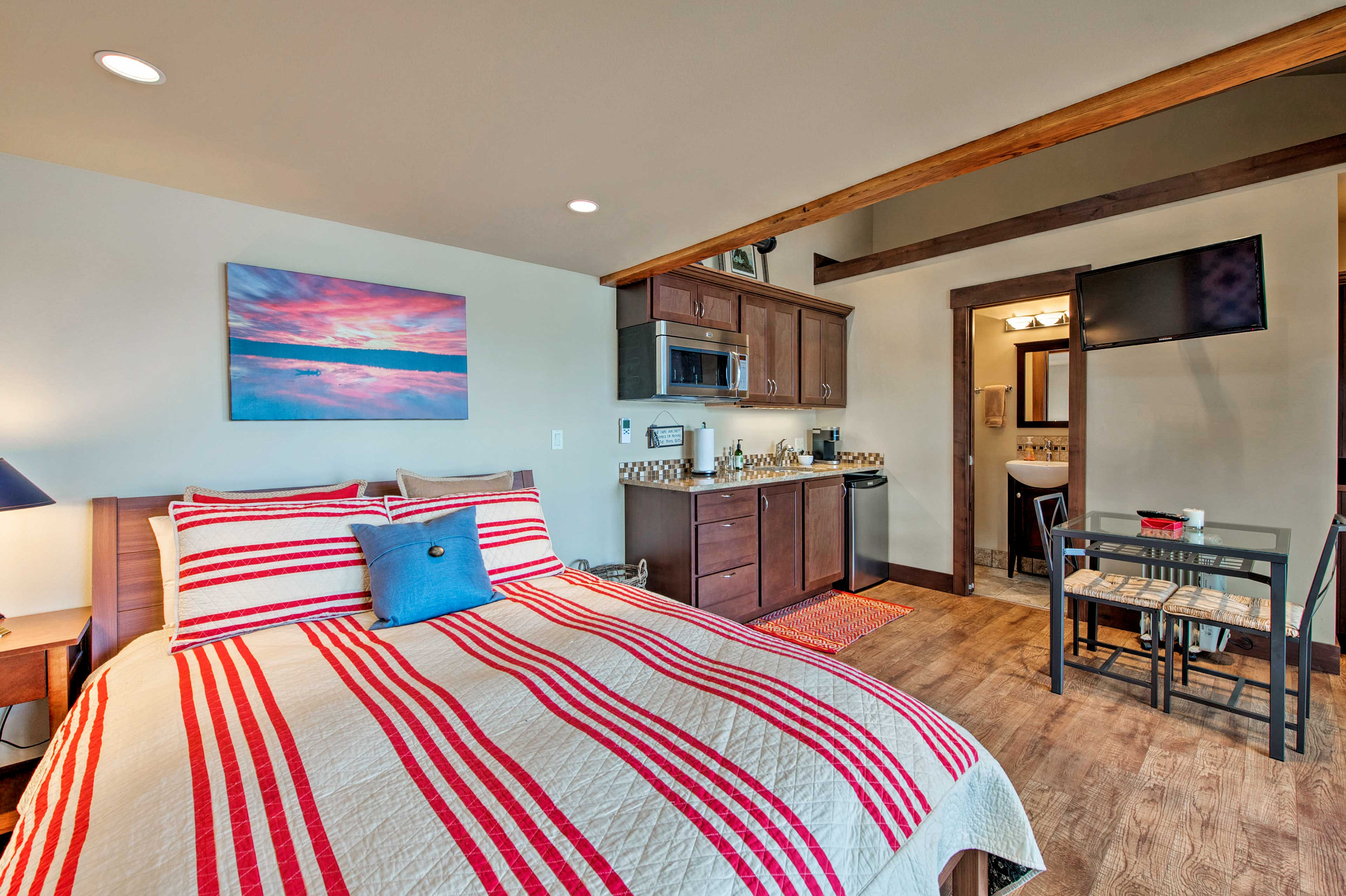 This suite offers a kitchenette, flat-screen TV, and dining area.