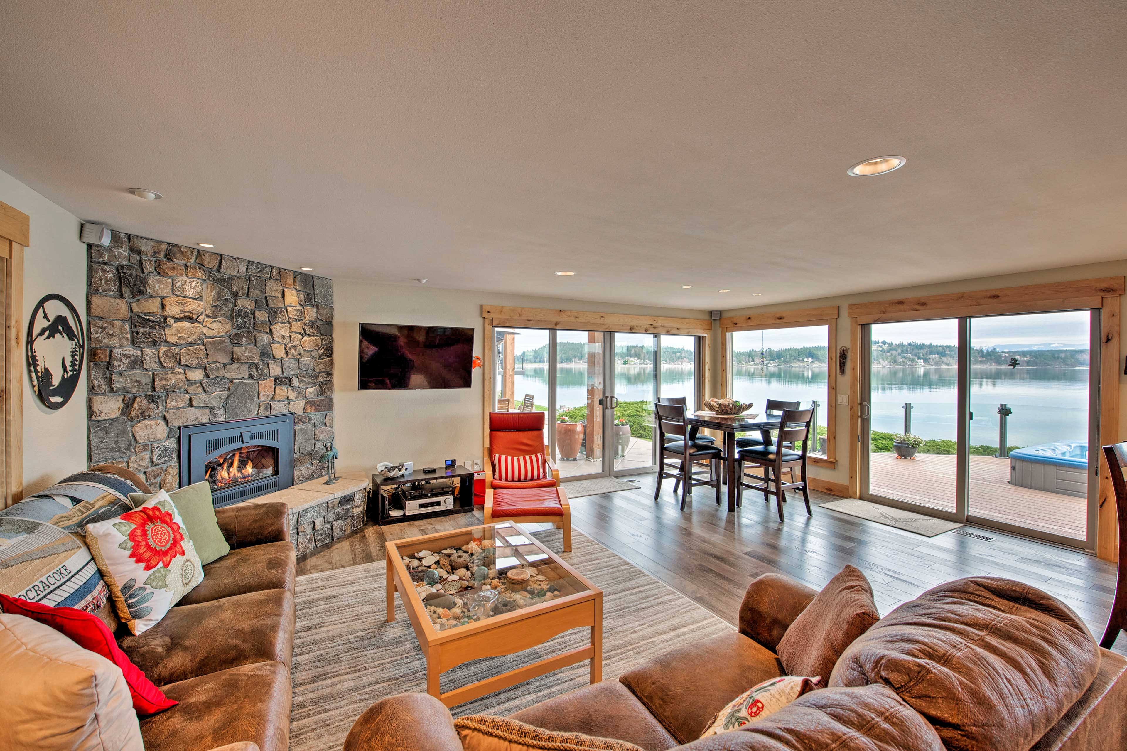 Unwind in the comfortably furnished living room and soak in the lakefront views.