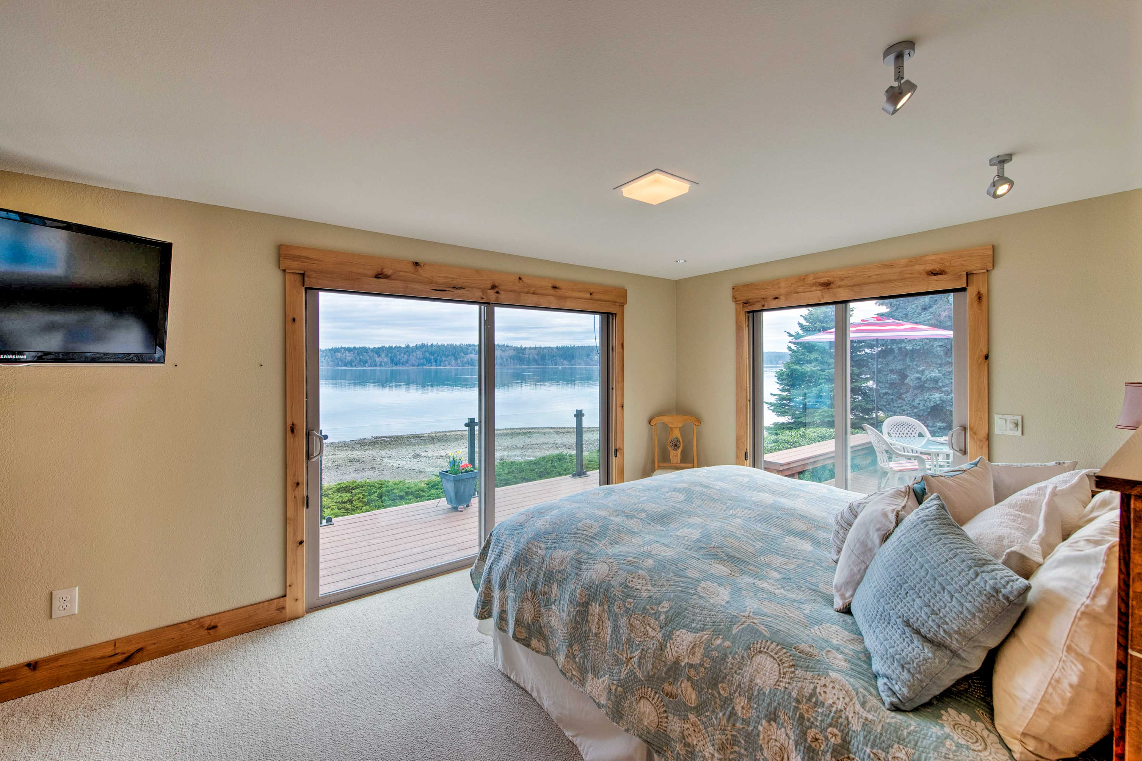 Drift to sleep while watching a show on TV or get lost in the gorgeous views.