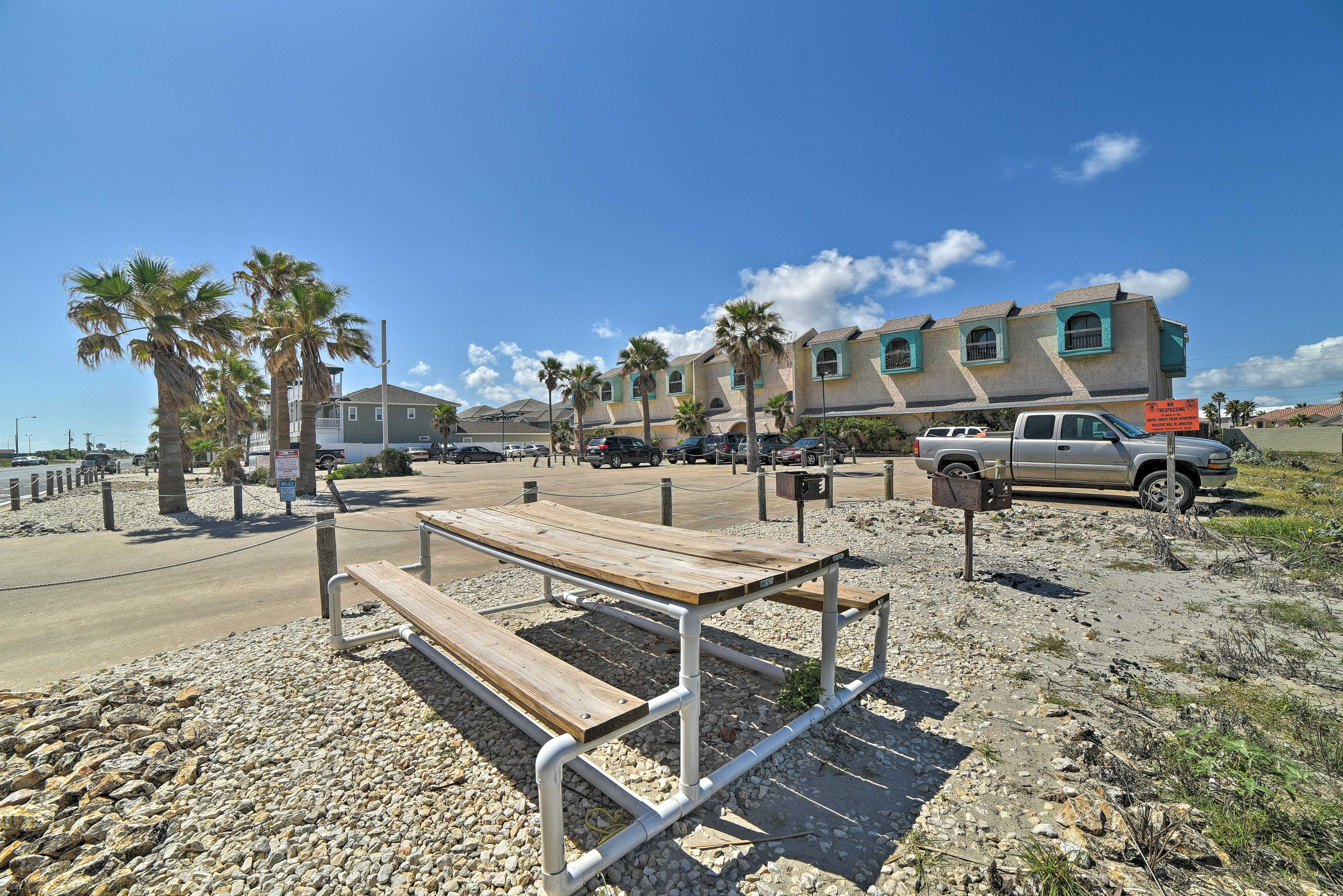 Community Amenities | Charcoal Grills | Picnic Table