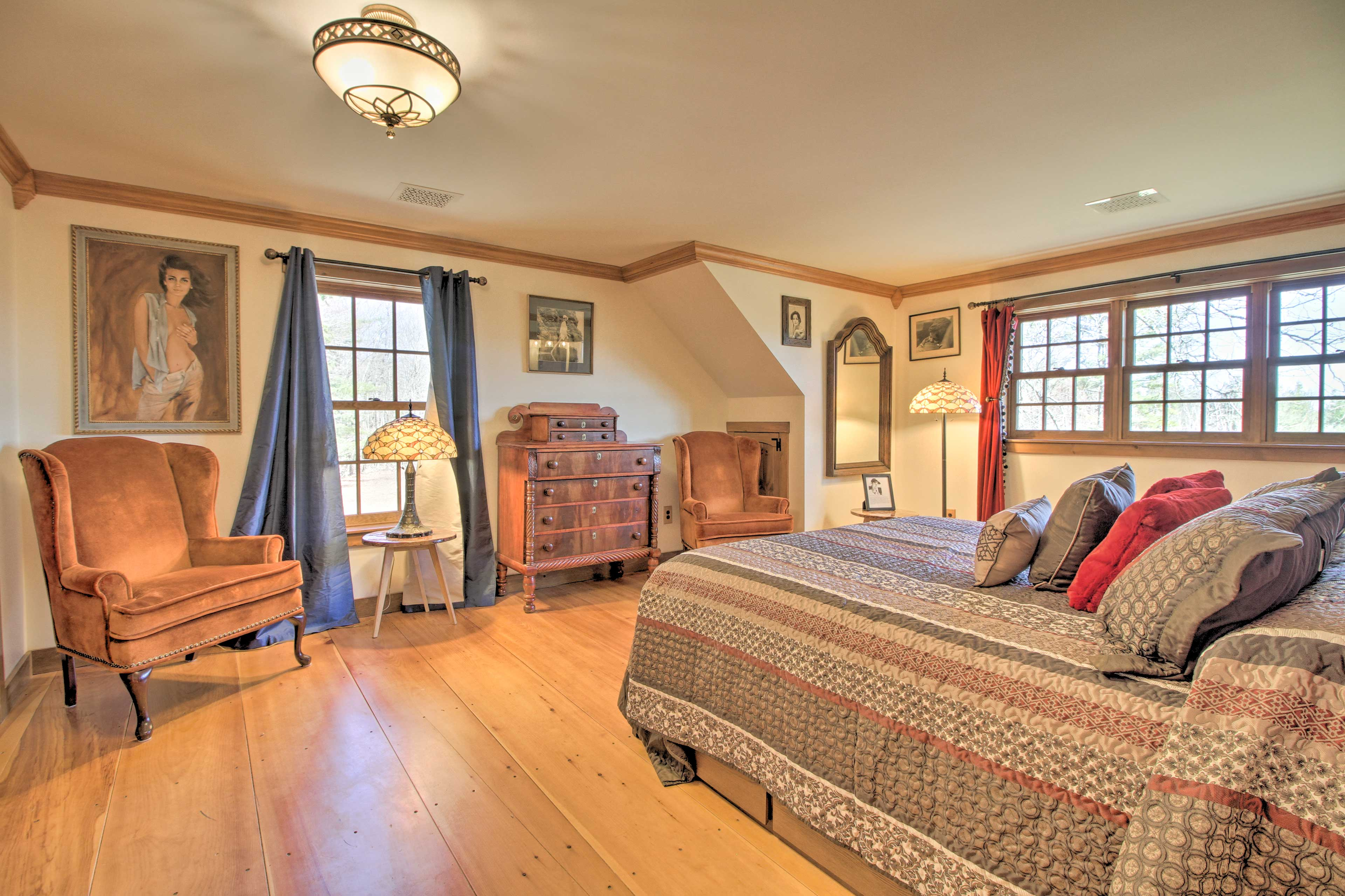 The Miss Vermont room has a king bed and Tiffany-style lamp.