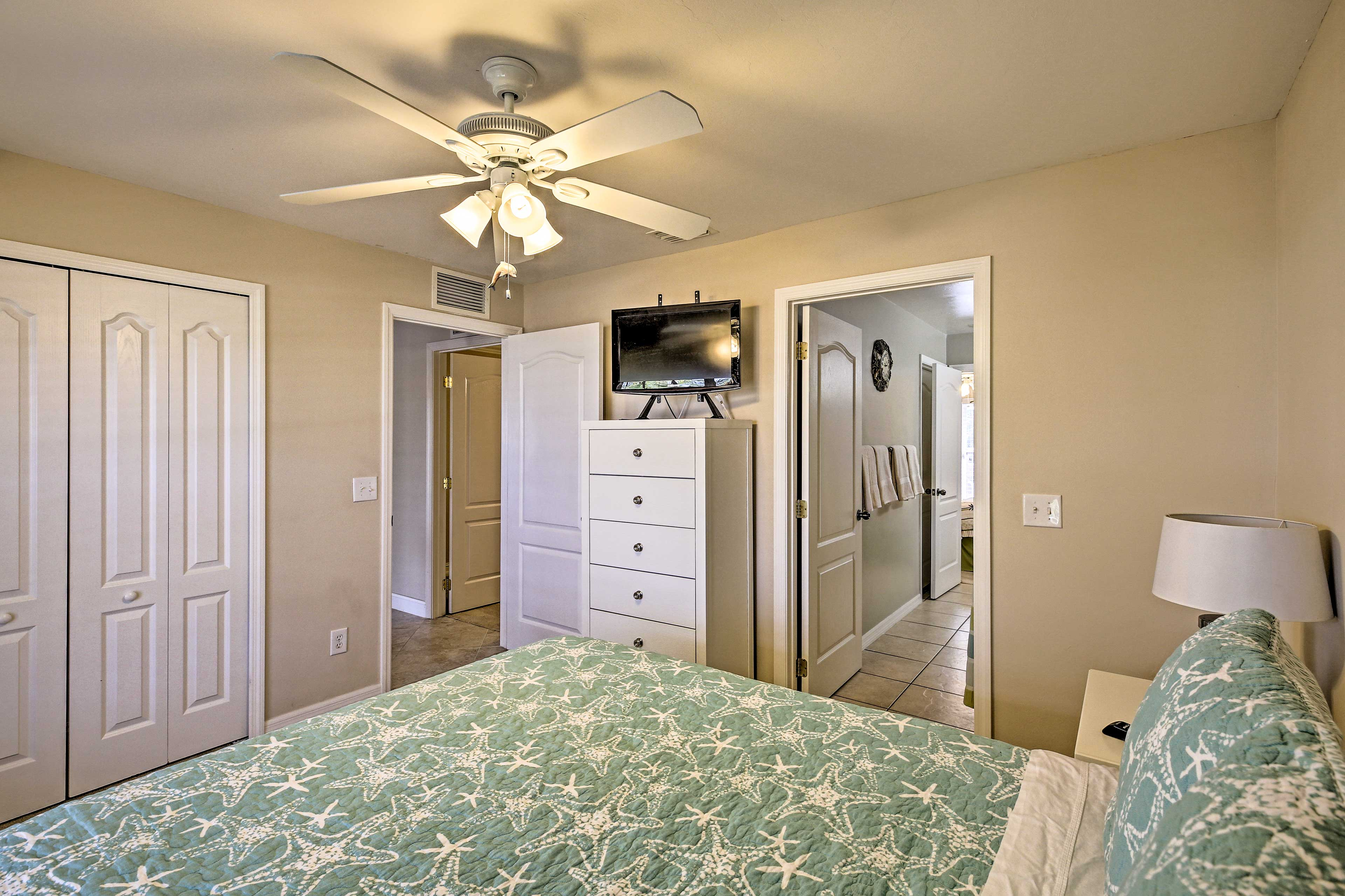 This room features a flat-screen TV.