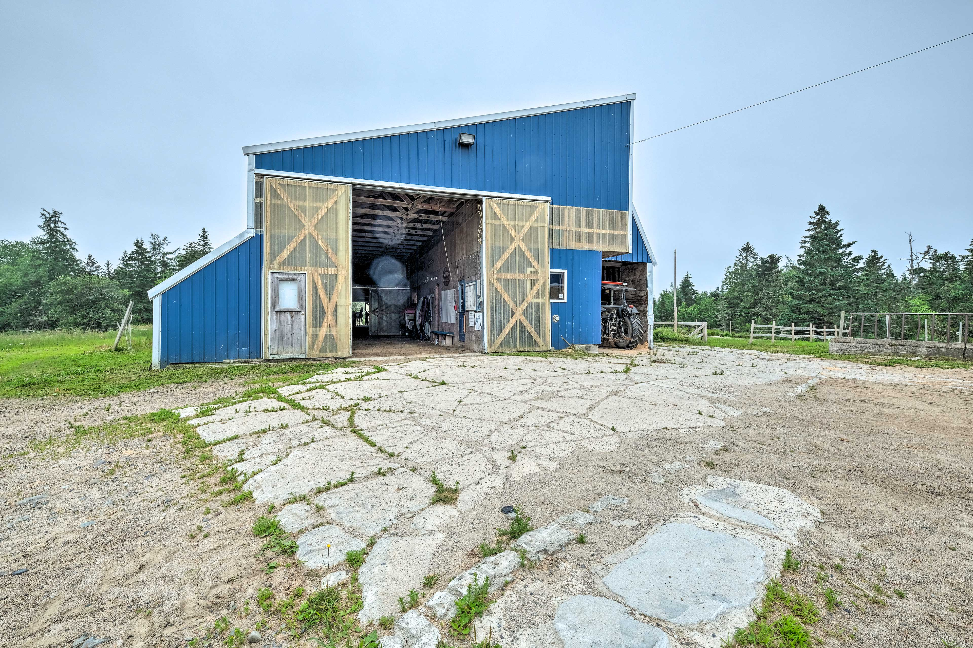 Horse Stables | Horse-Friendly (additional fee applies)