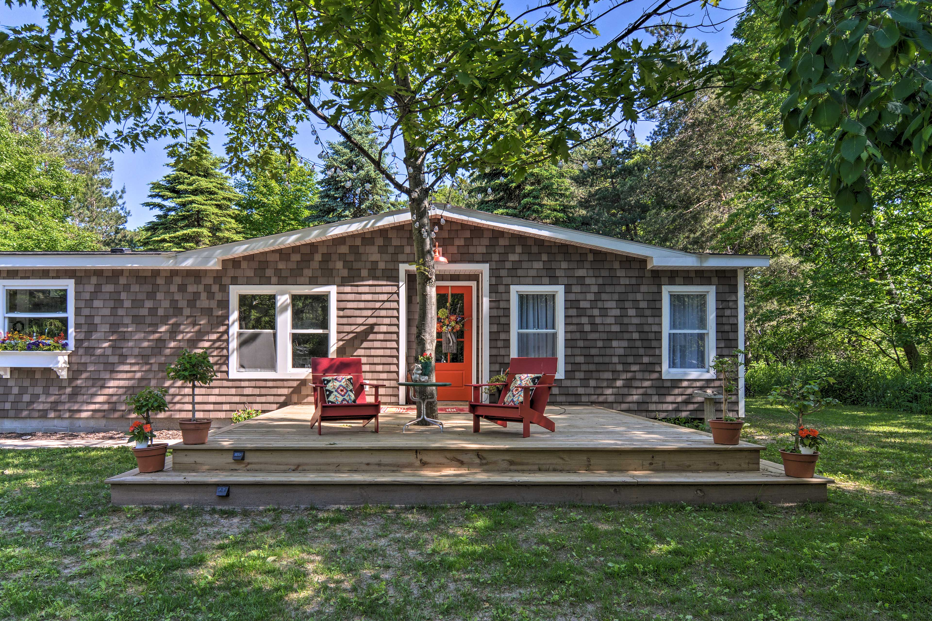 You'd be remiss to miss out on this charming lakeside retreat!