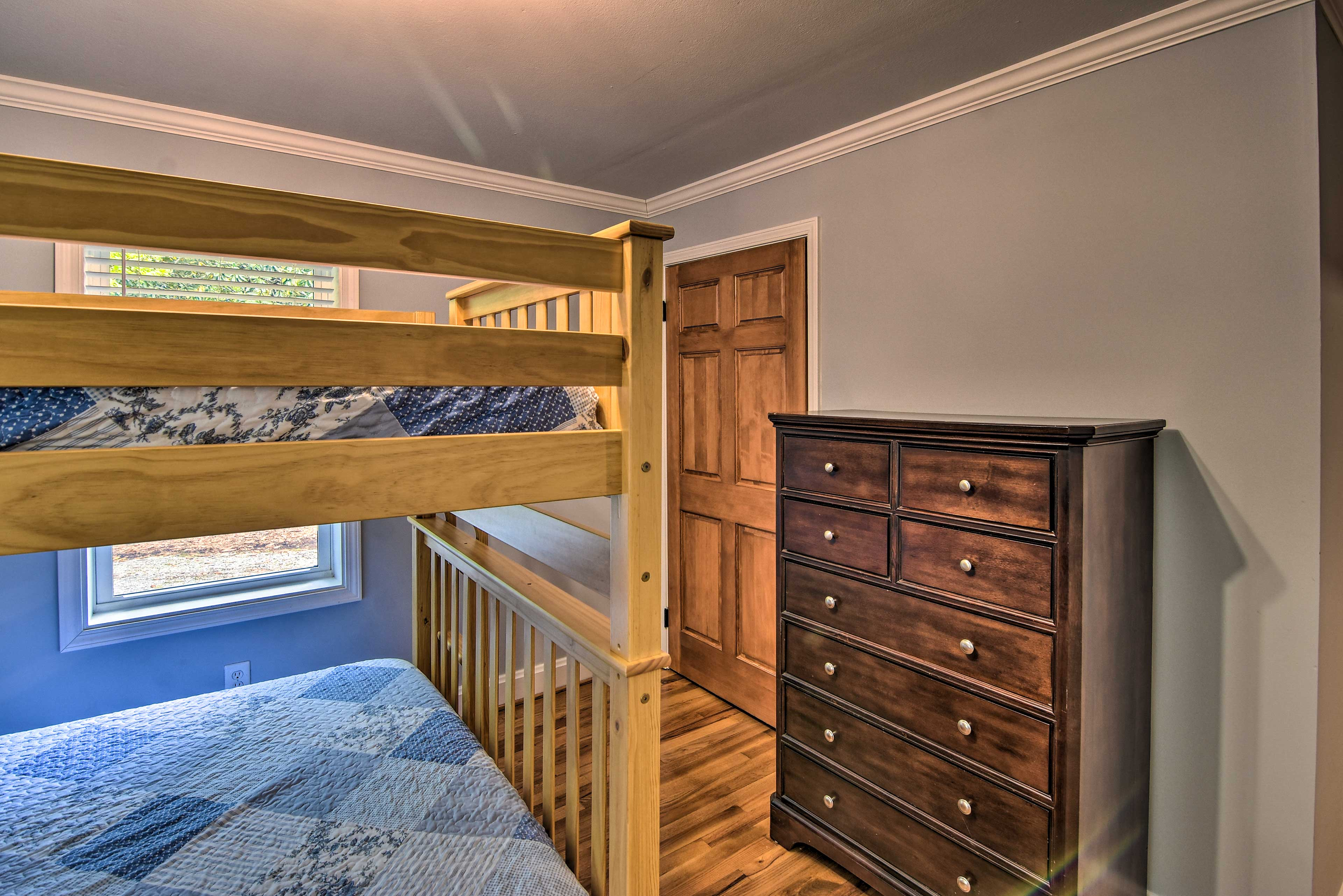 Each full bed can accommodate 2 guests.