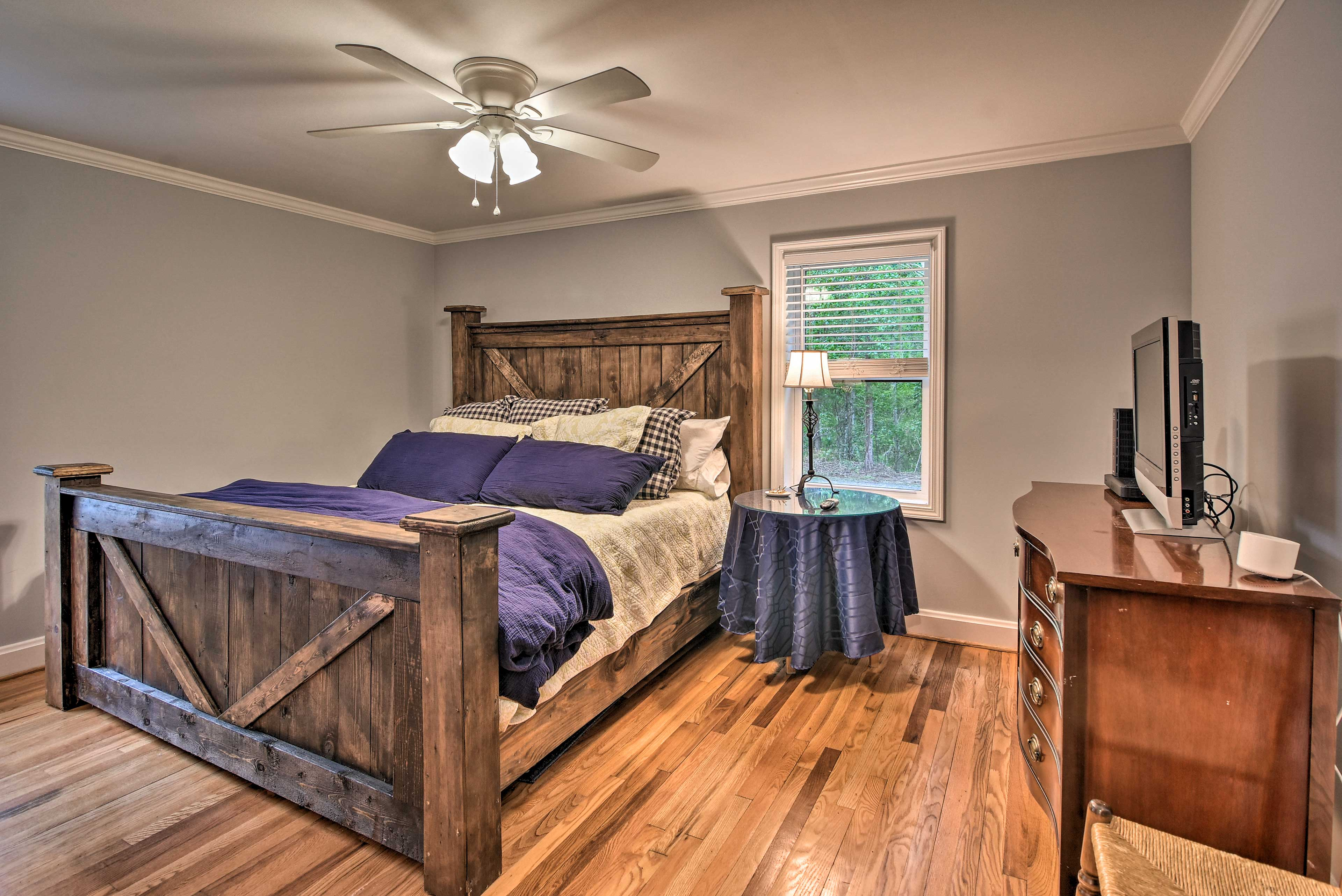 This bedroom provides space for 2 guests and a flat-screen TV.