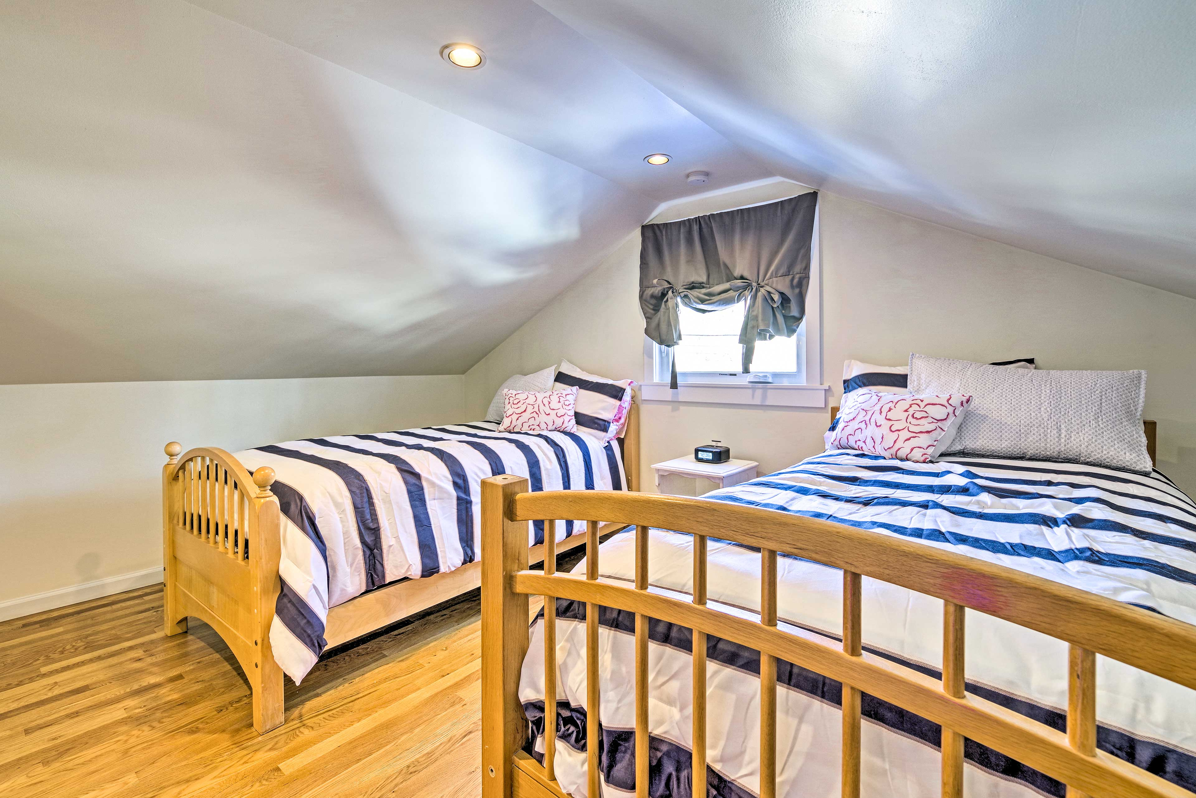 The fifth bedroom boasts 2 twin beds.