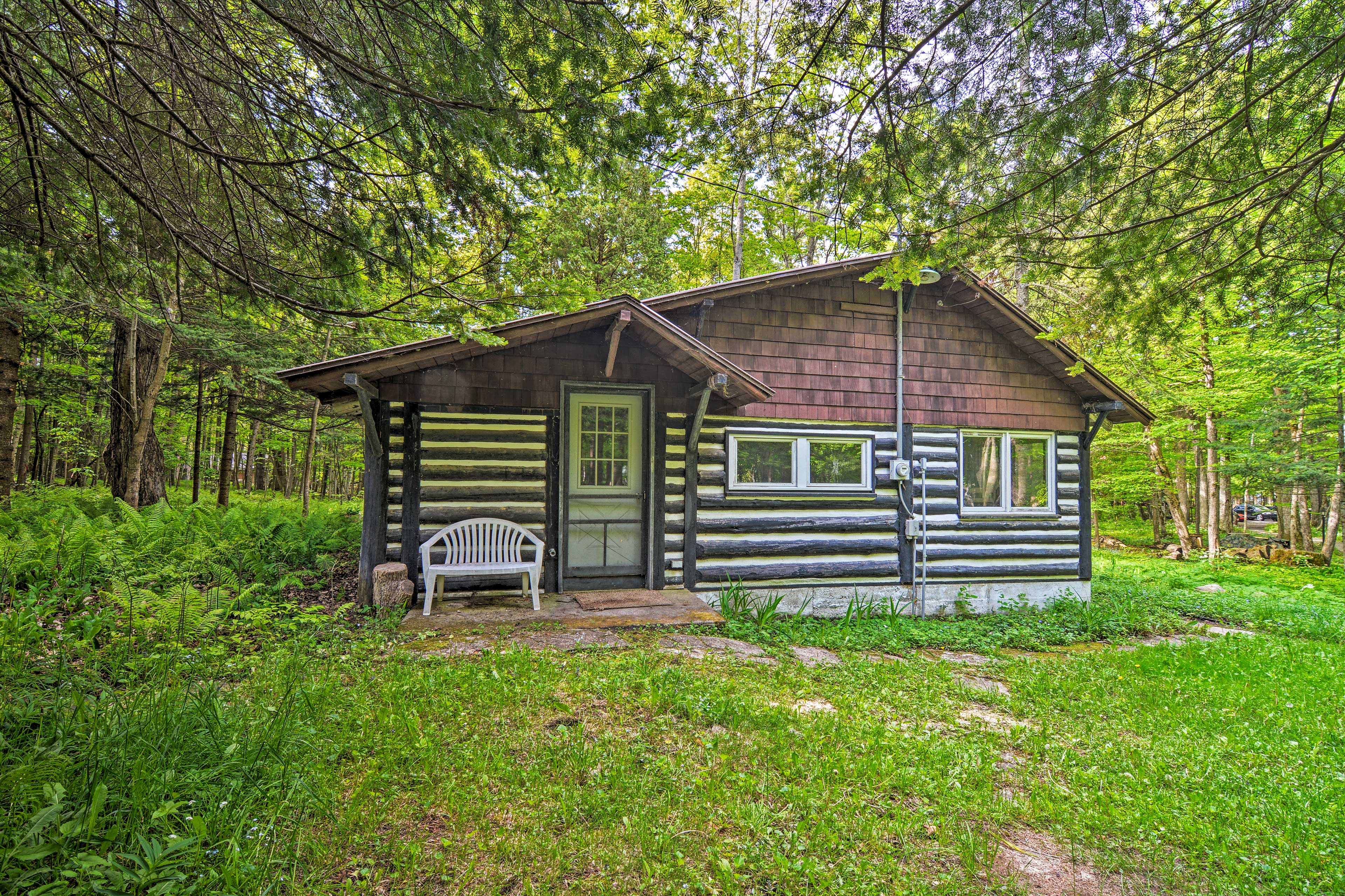 Book a getaway to experience the best of Lake Michigan at this rustic cabin!