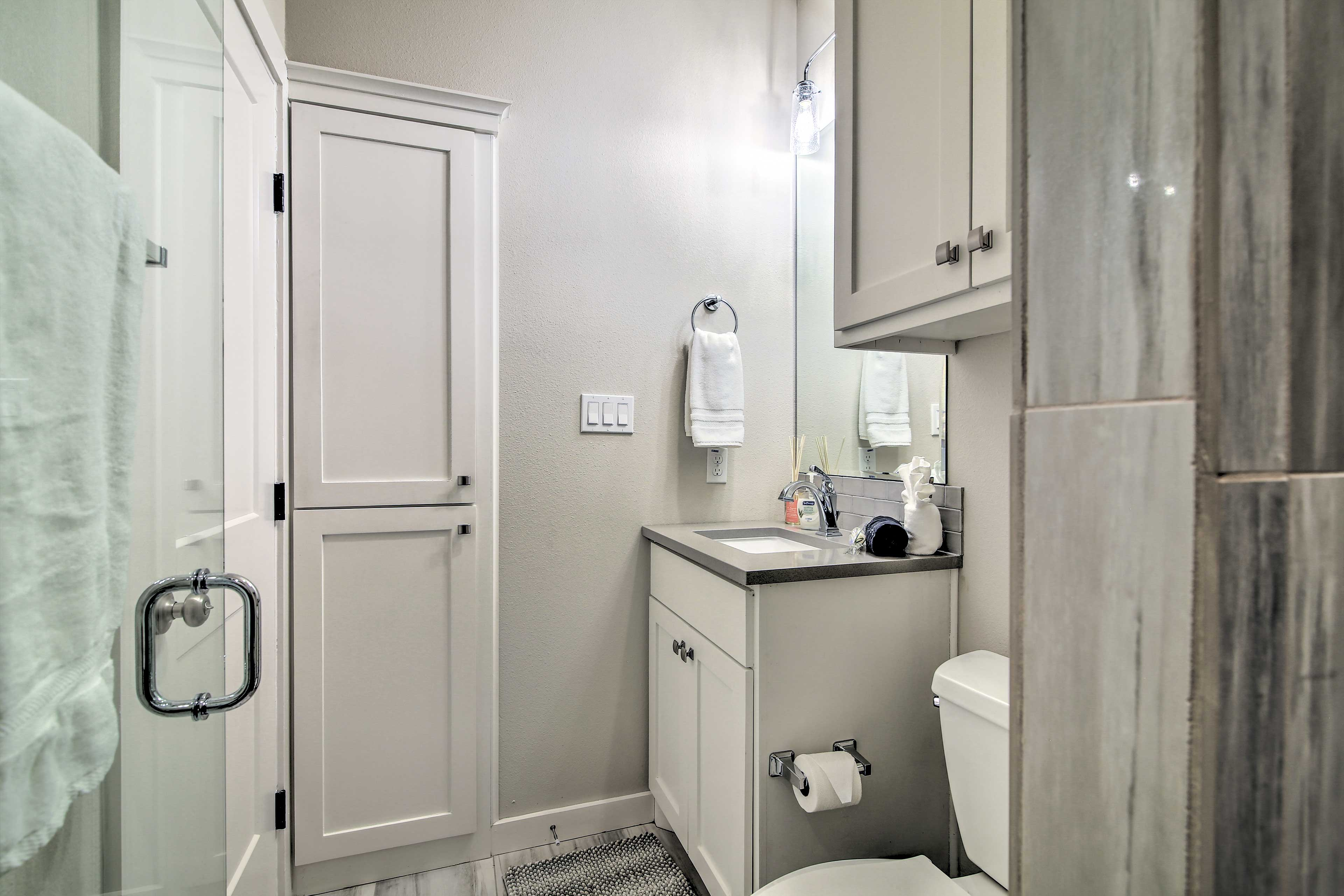 The full bathroom has top-notch furnishings.