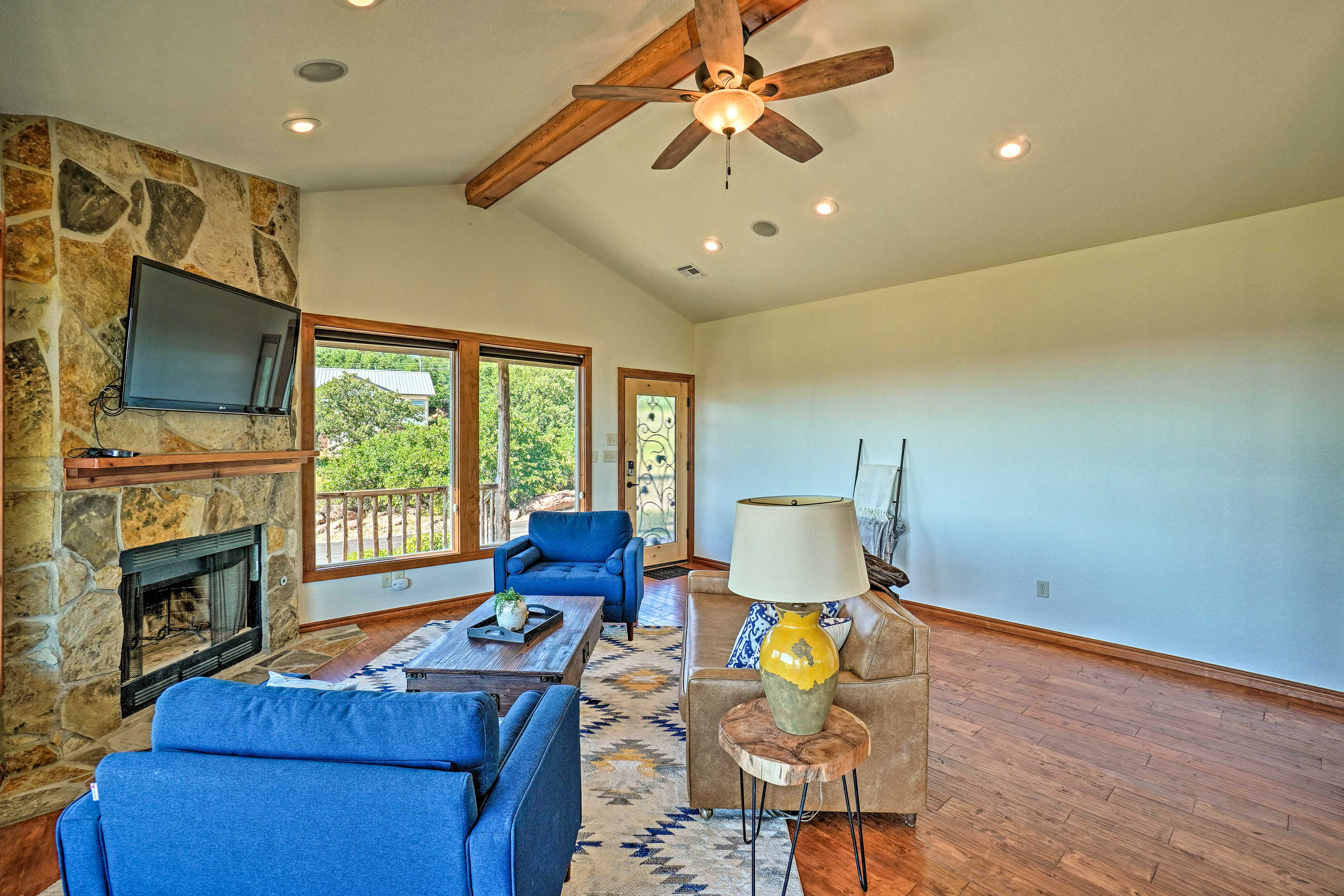 The living area features a Smart TV and cozy furnishings.