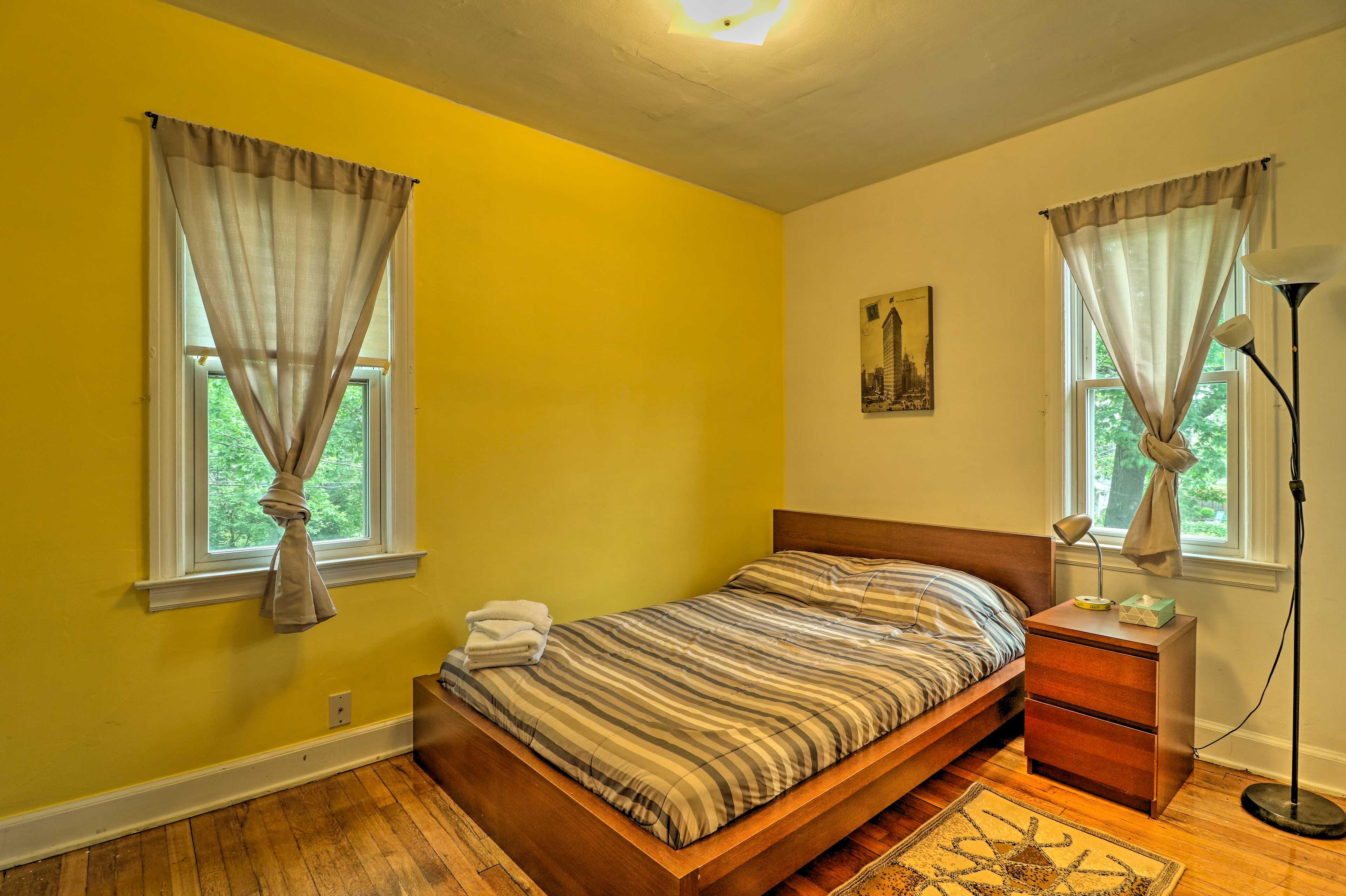 Bedroom: Full Bed