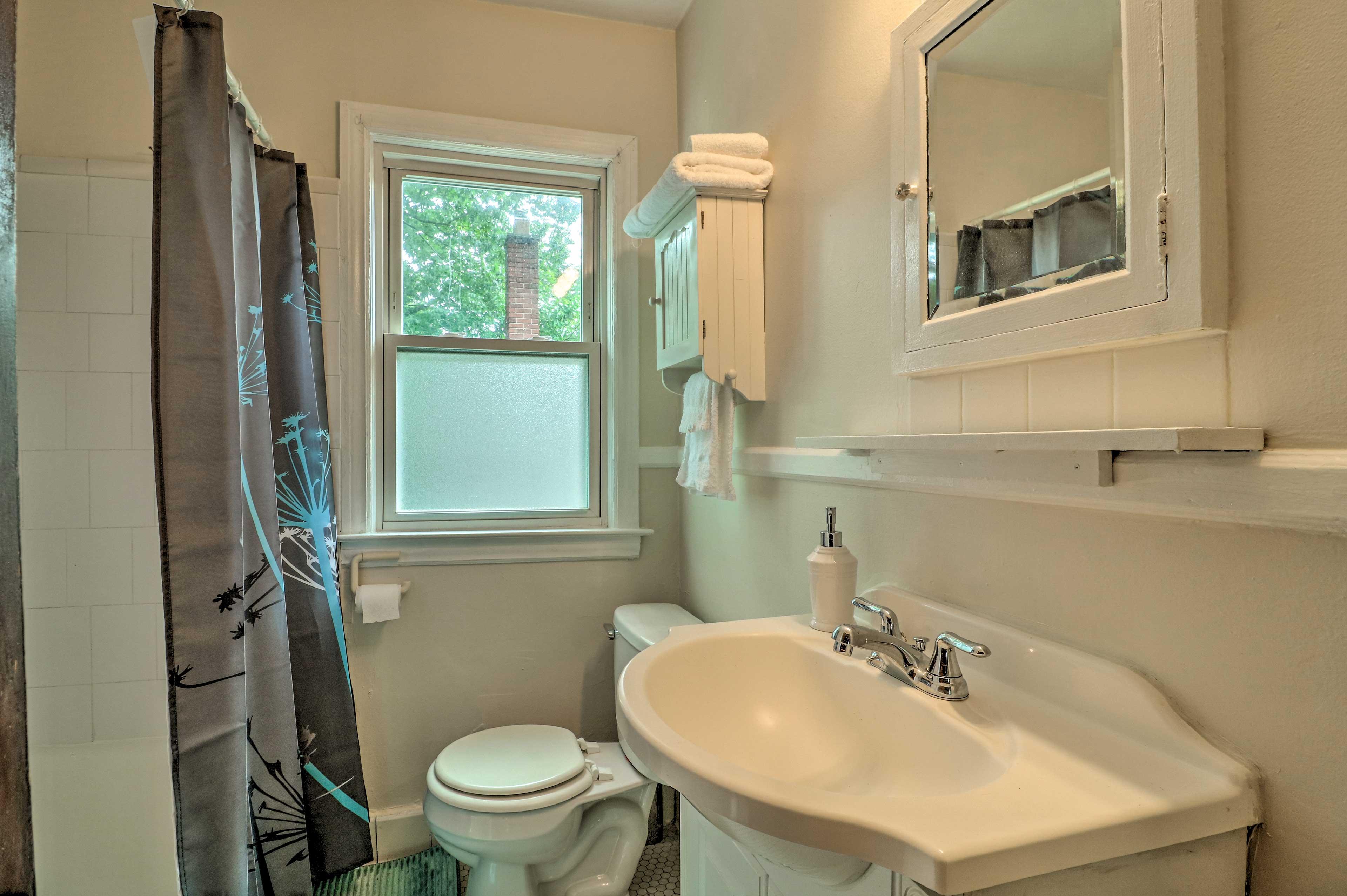 Full Bathroom: Towels & Linens Provided