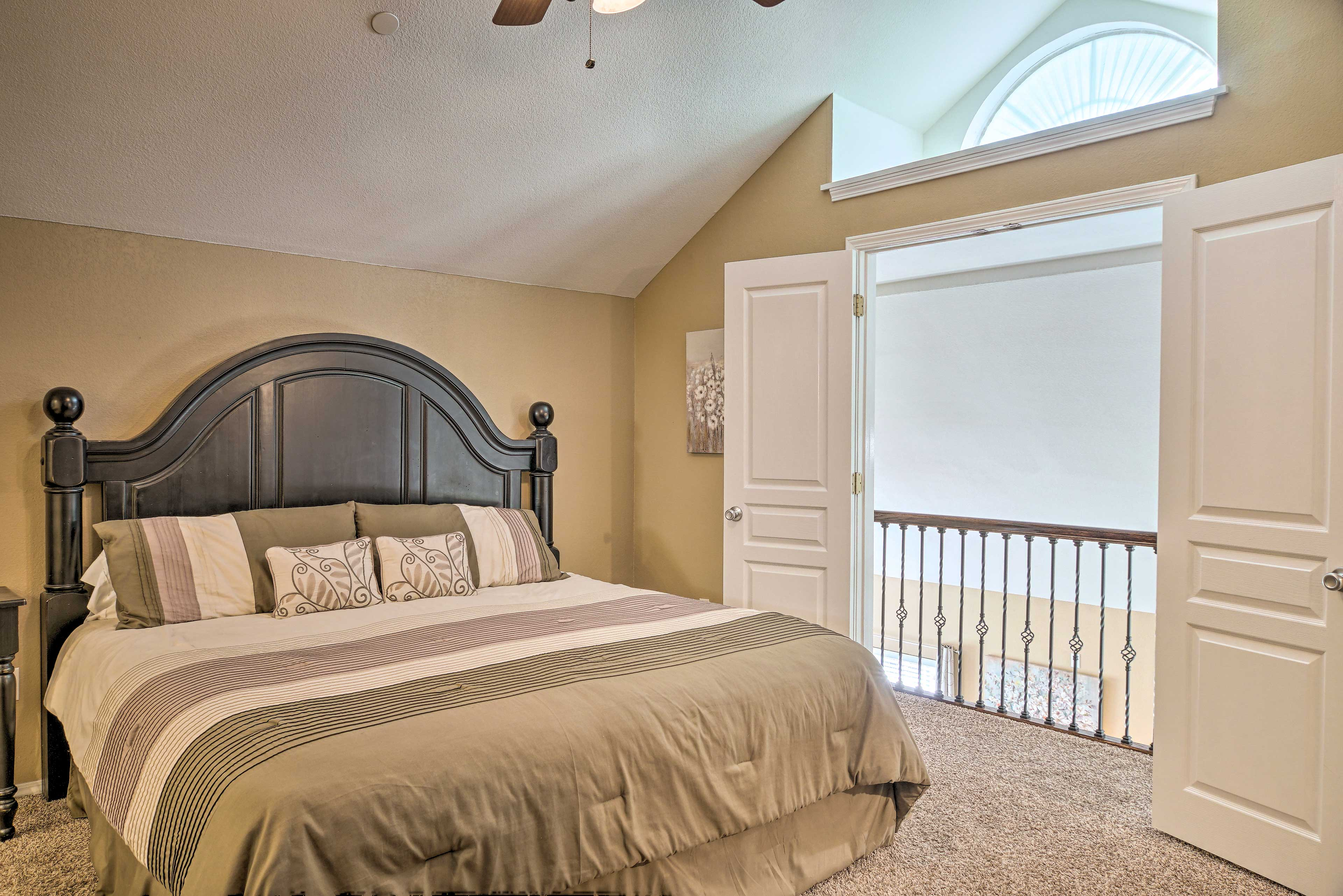 This king bed invites you to sleep peacefully.
