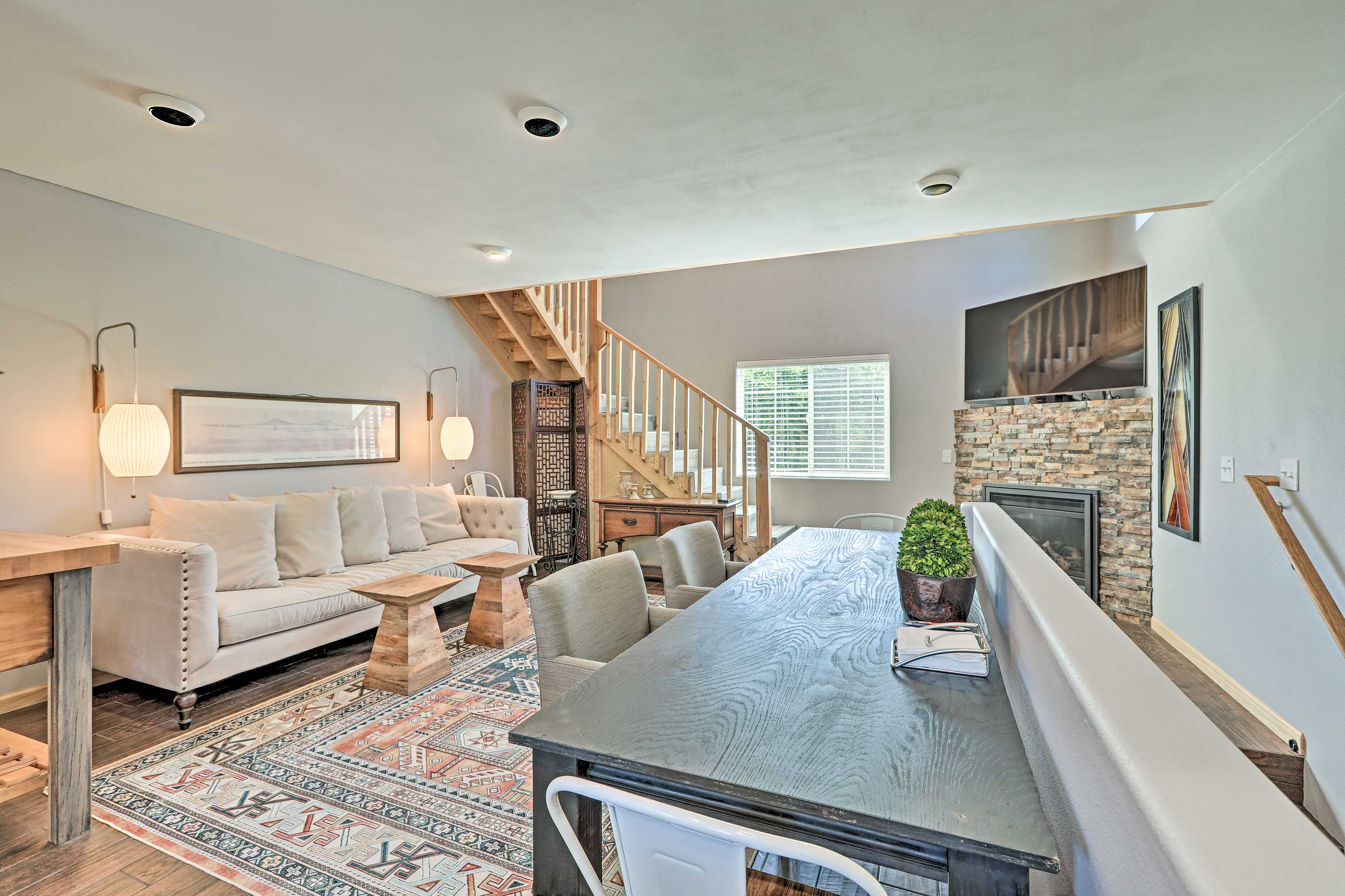 Living Room | Smart TV | Gas Fireplace | Air Conditioning