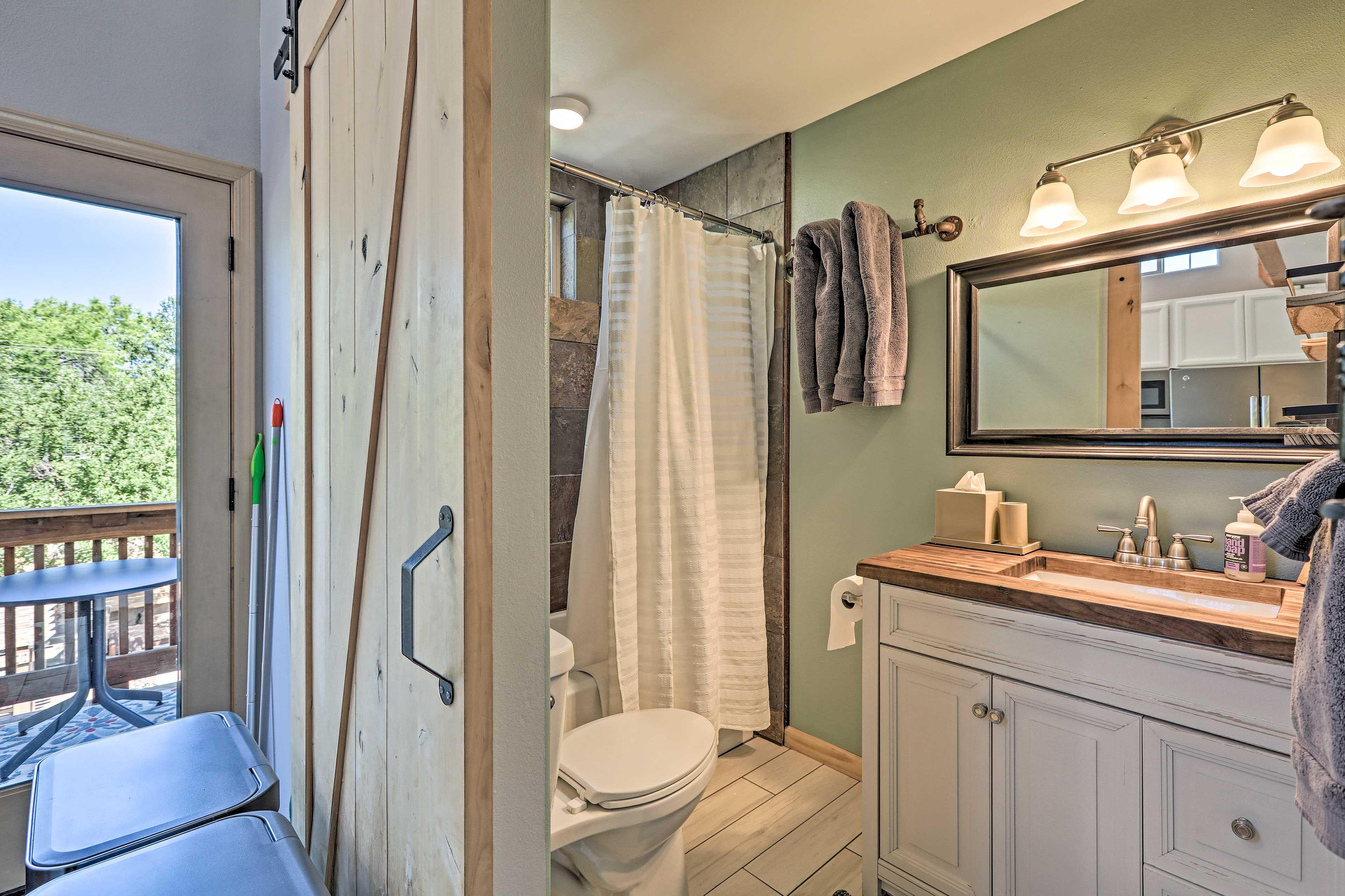 Full Bathroom | 1st Floor | Fresh Towels
