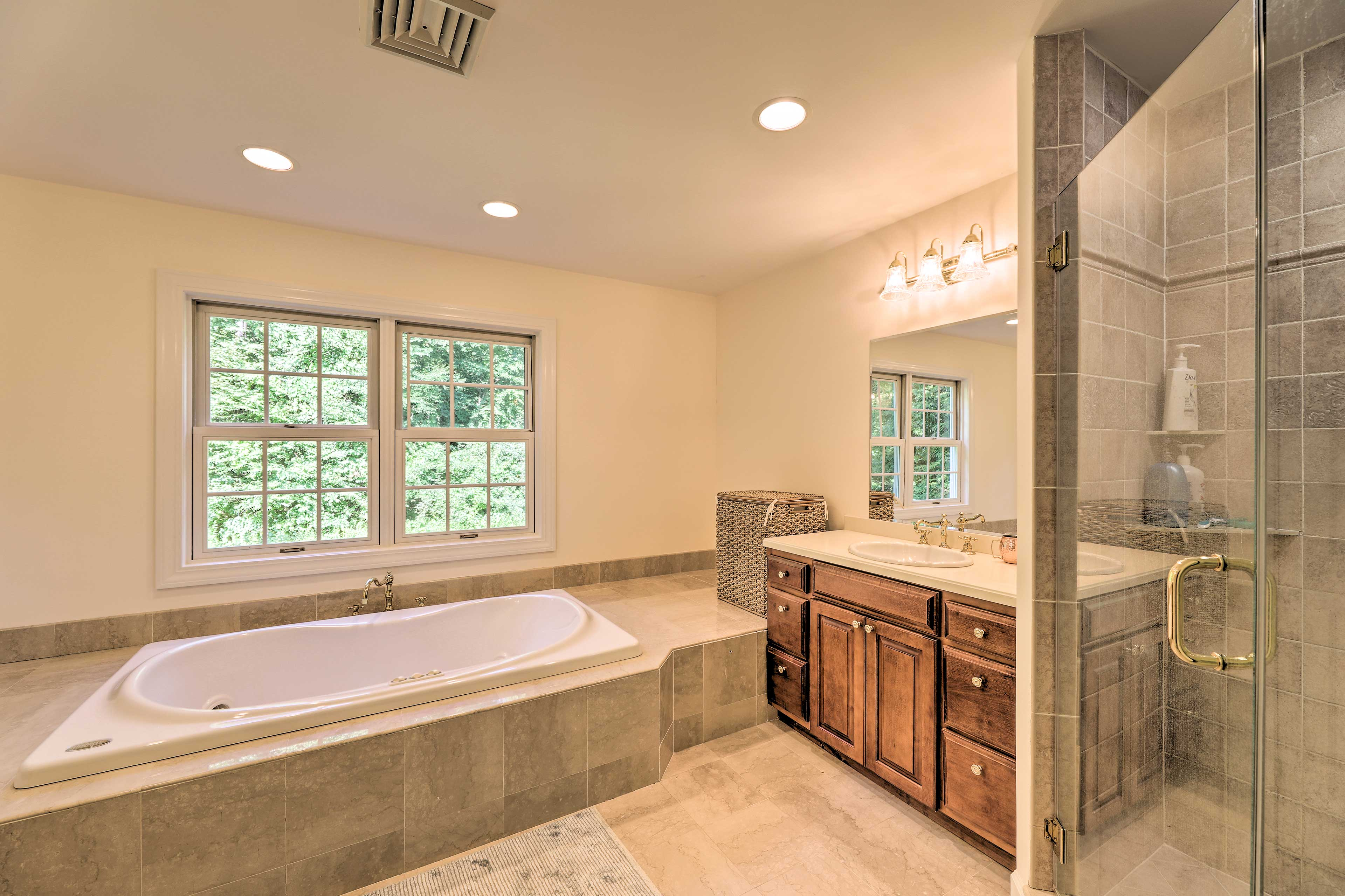Soak your worries away in the master's jetted tub!