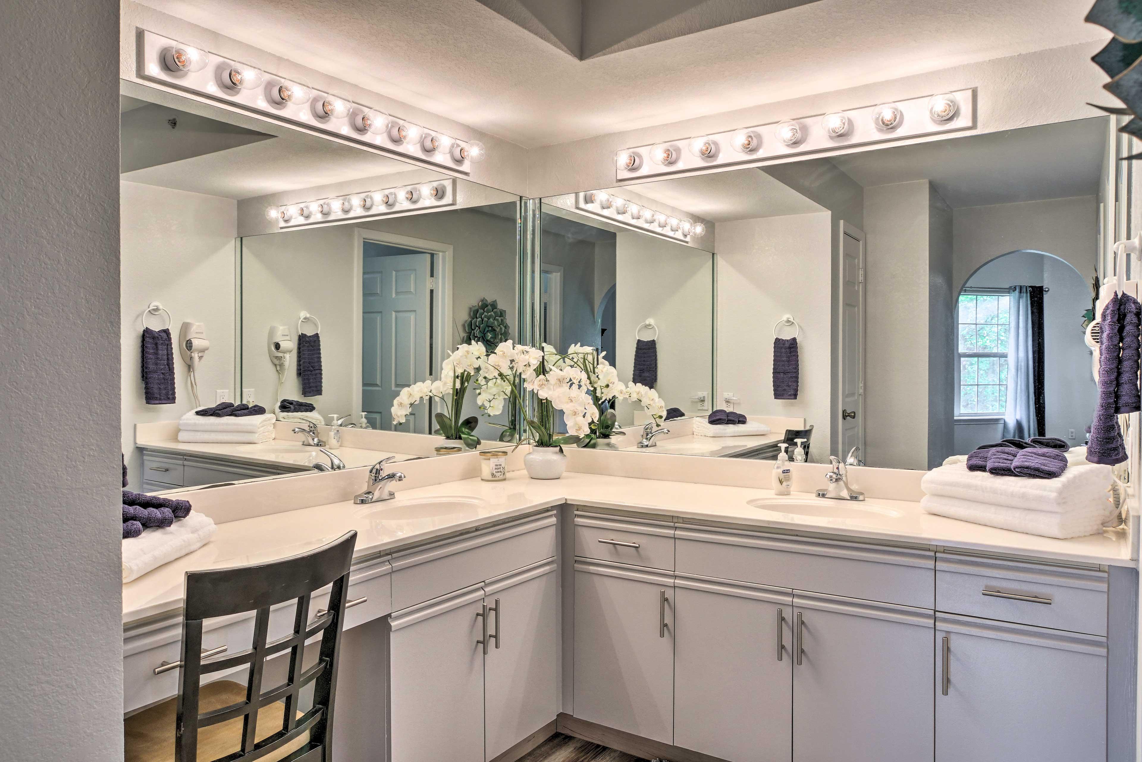 En-Suite Bathroom | Deep Soaker Tub/Shower