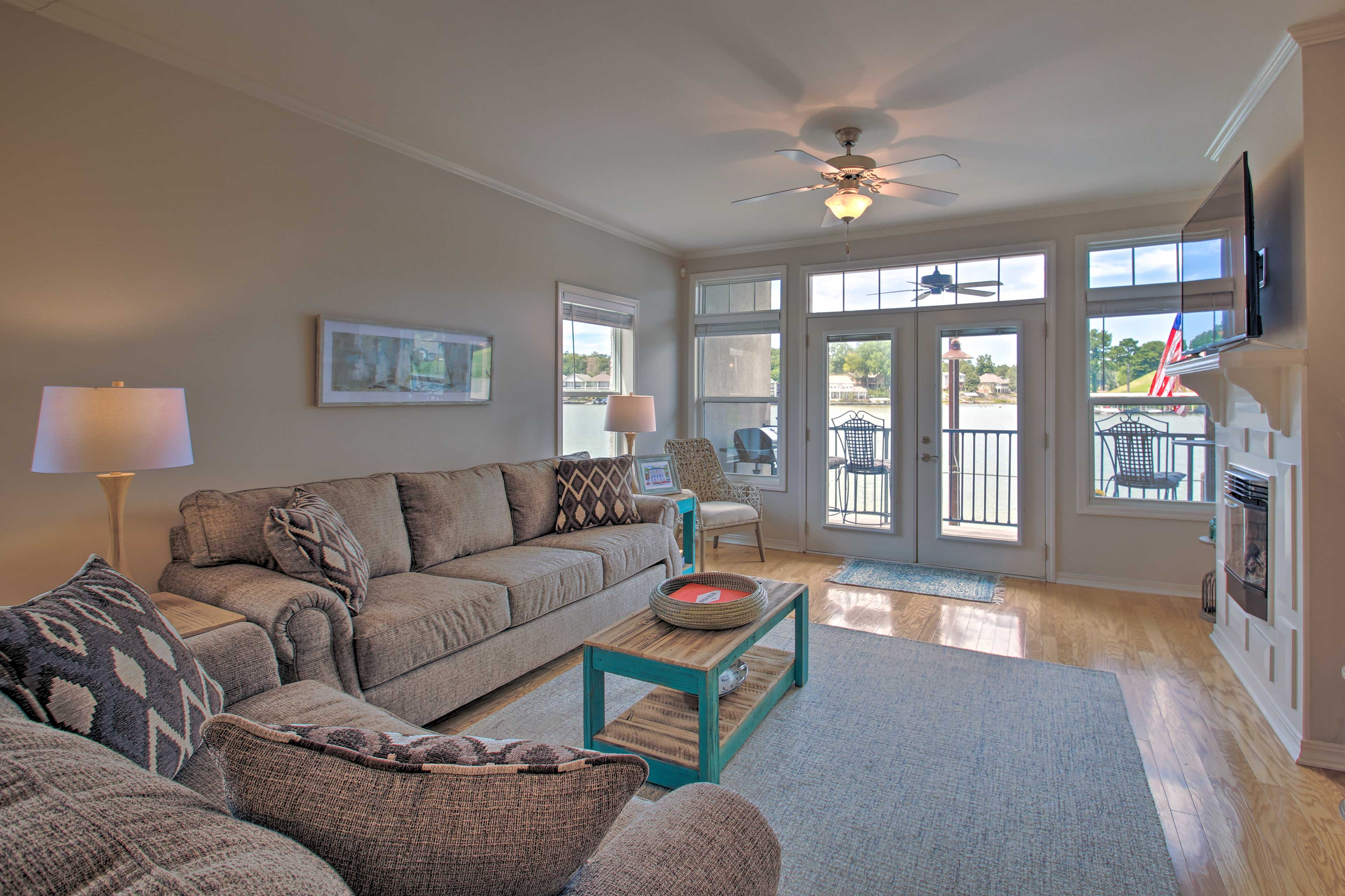 Unwind in the bright living room and watch TV.