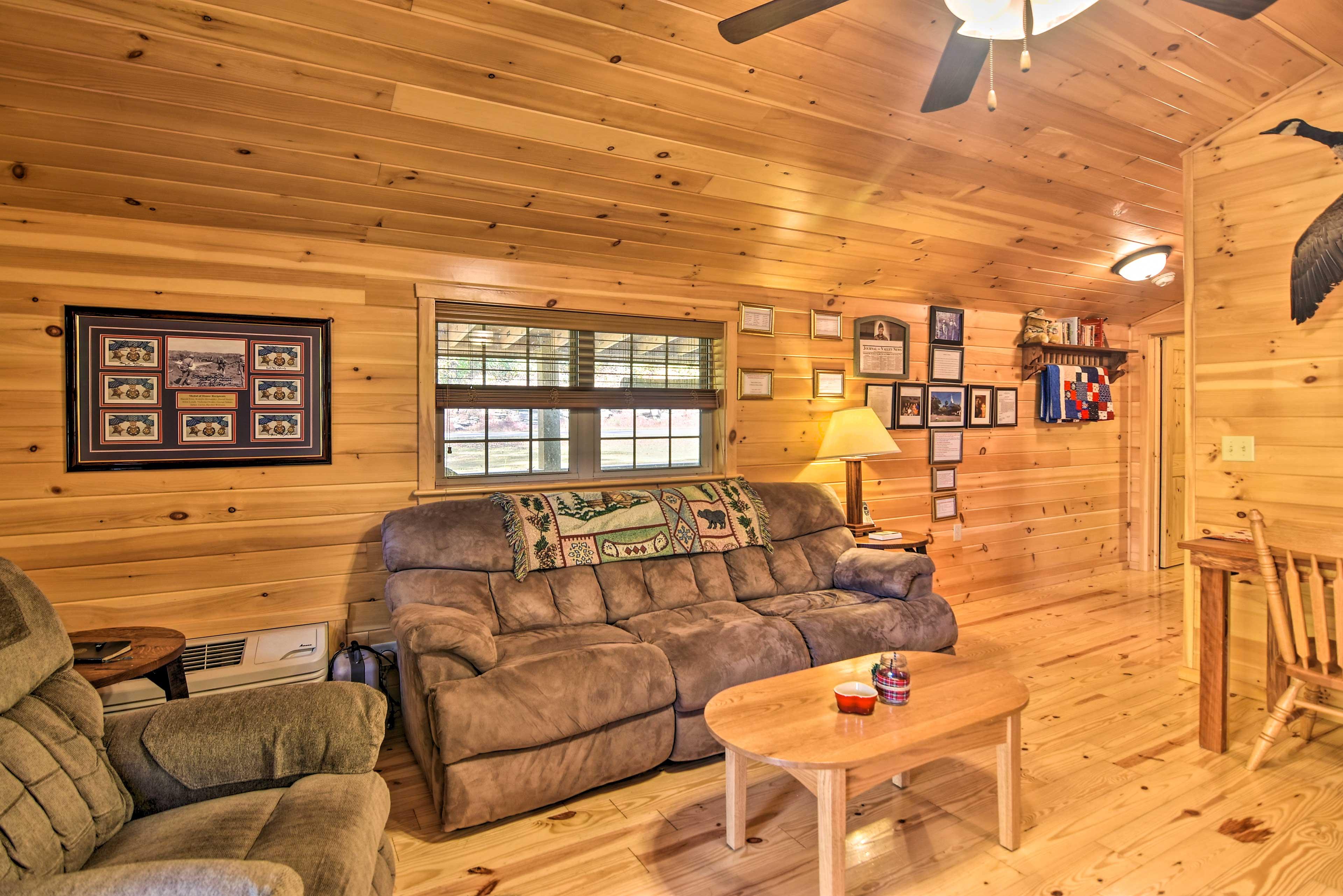 Living Room | Books | Free WiFi | Sleeper Sofa