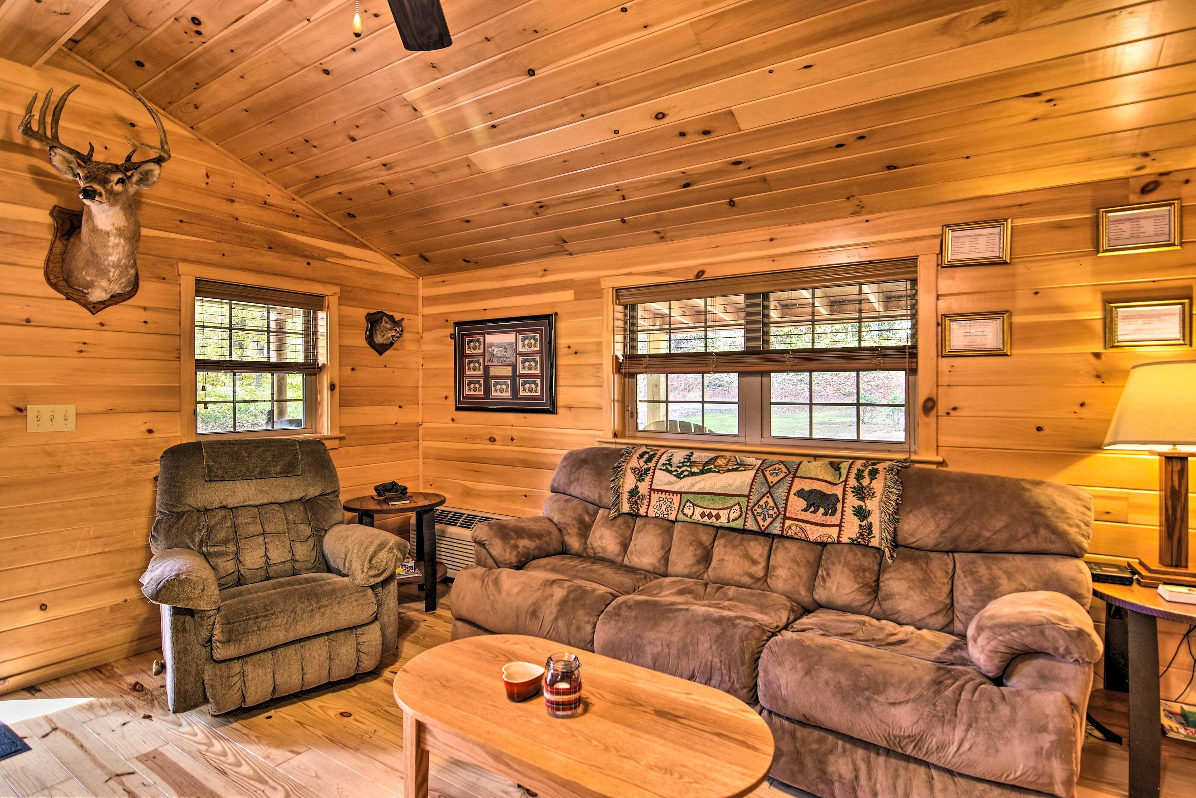 Living Room | Flat-Screen TV w/ Netflix | Central Air Conditioning/Heat