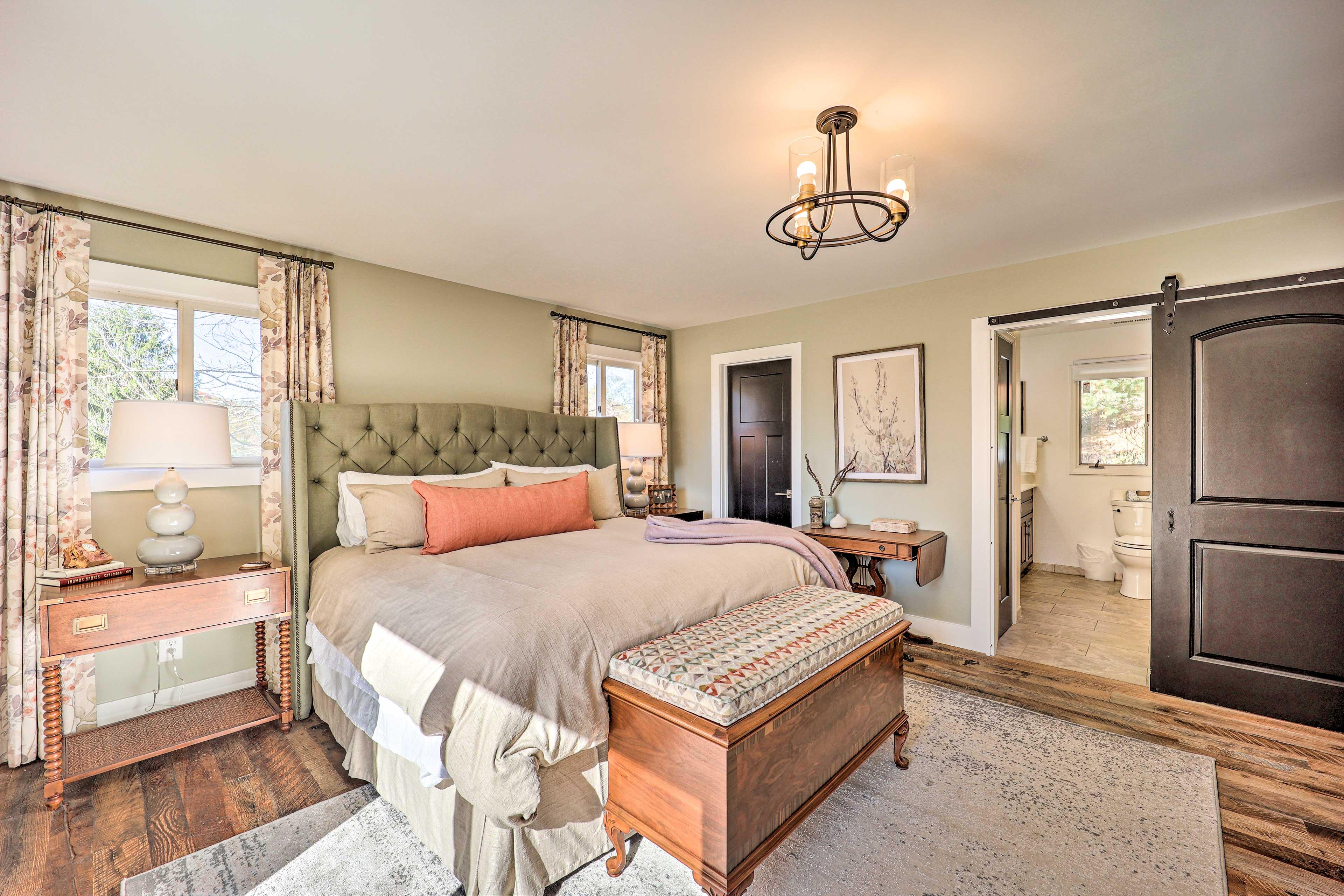 Master Bedroom | King Bed | 1st Floor