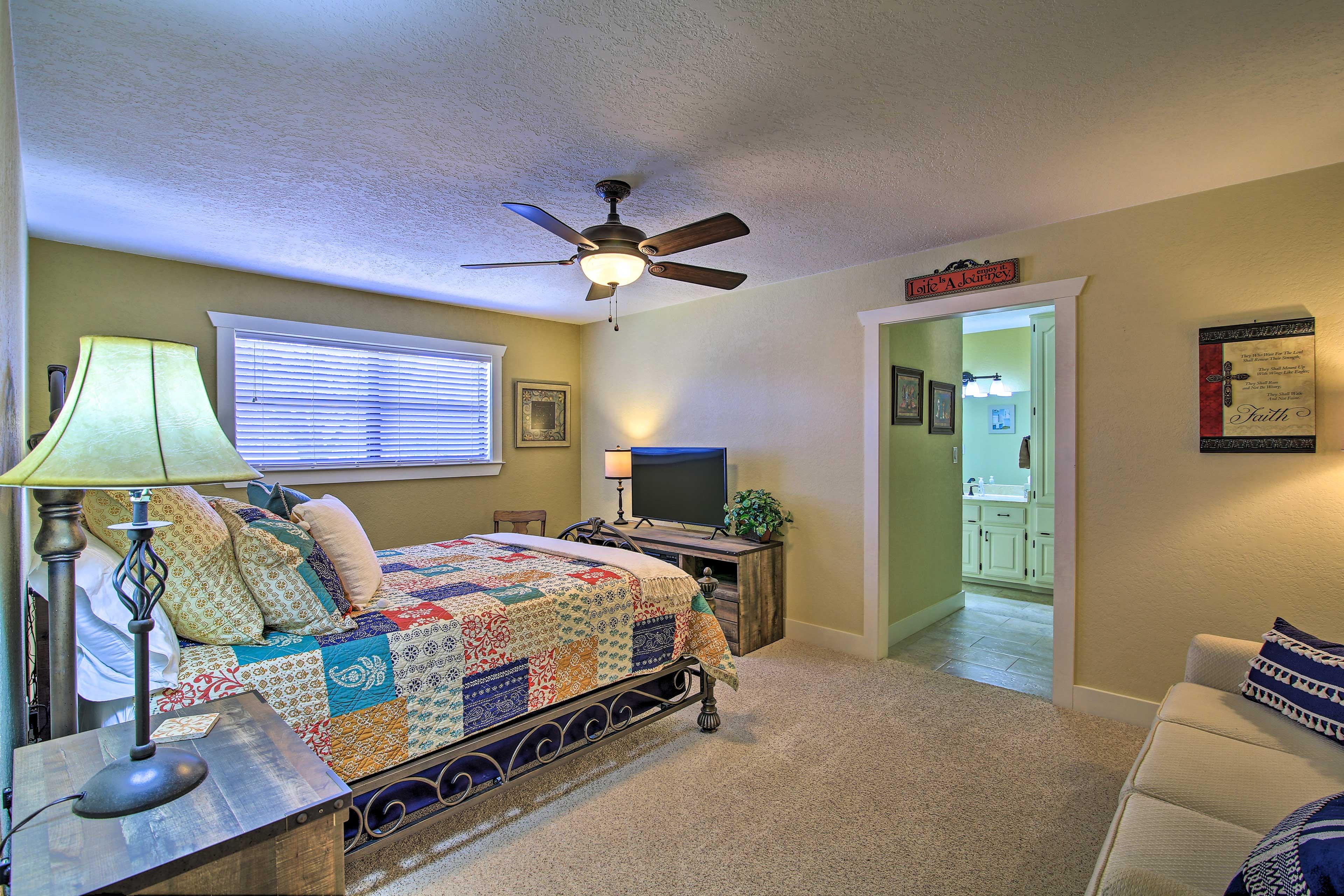 Bedroom 1 | Queen Bed | Smart TV