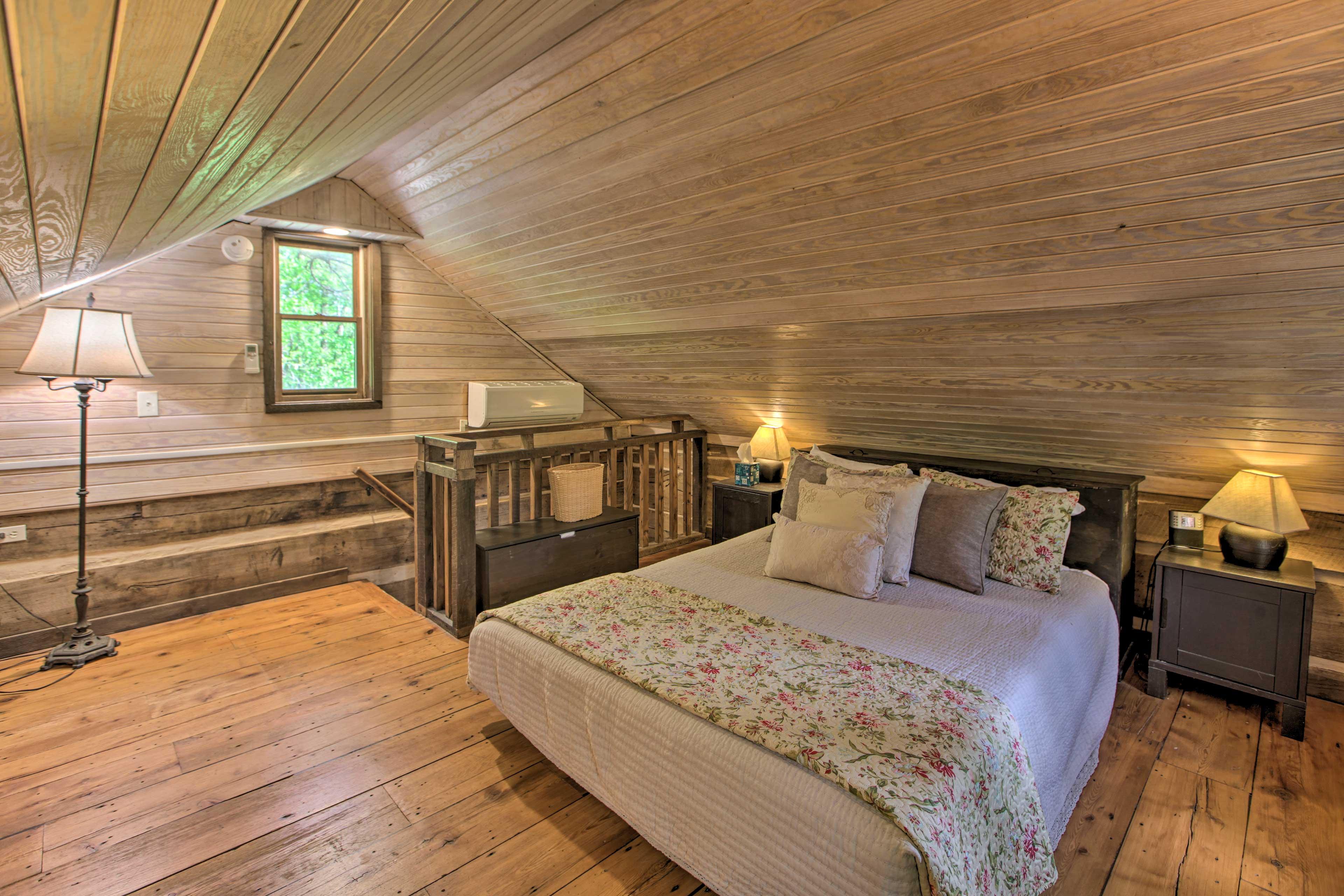 Bedroom (Loft) | Queen Bed