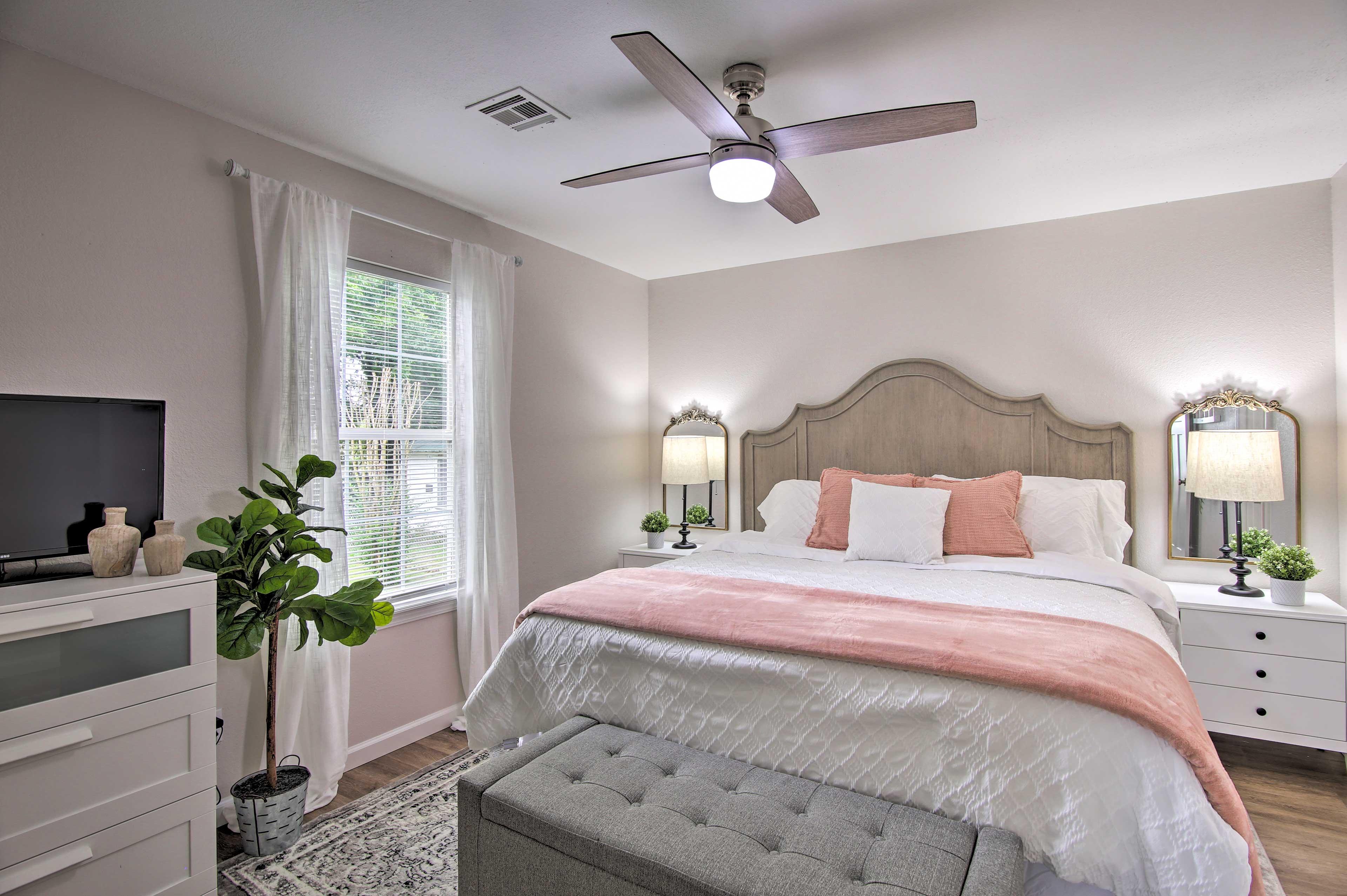 Bedroom 1   King Bed   Smart TV