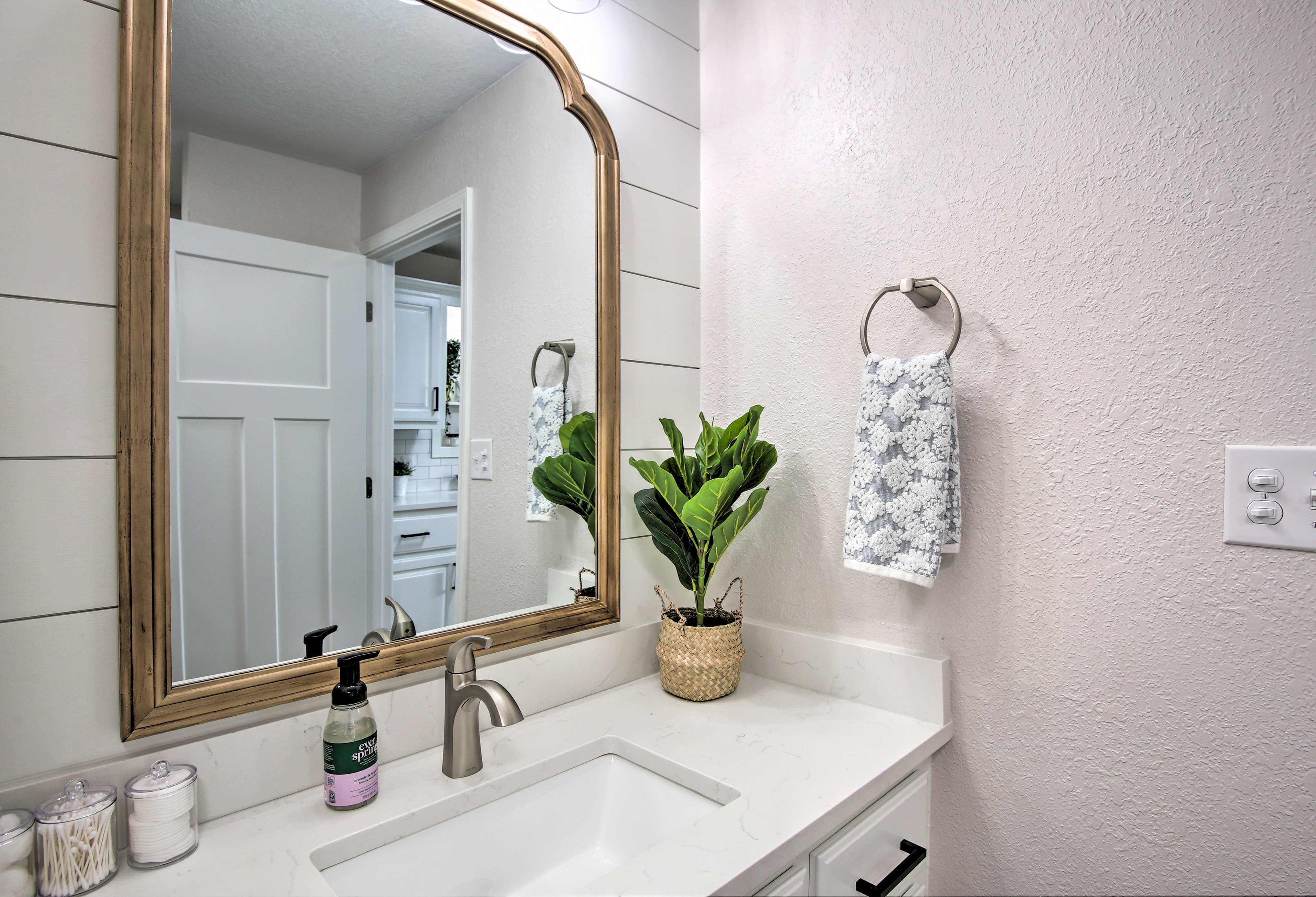 En-Suite Bathroom   Linens & Towels Provided