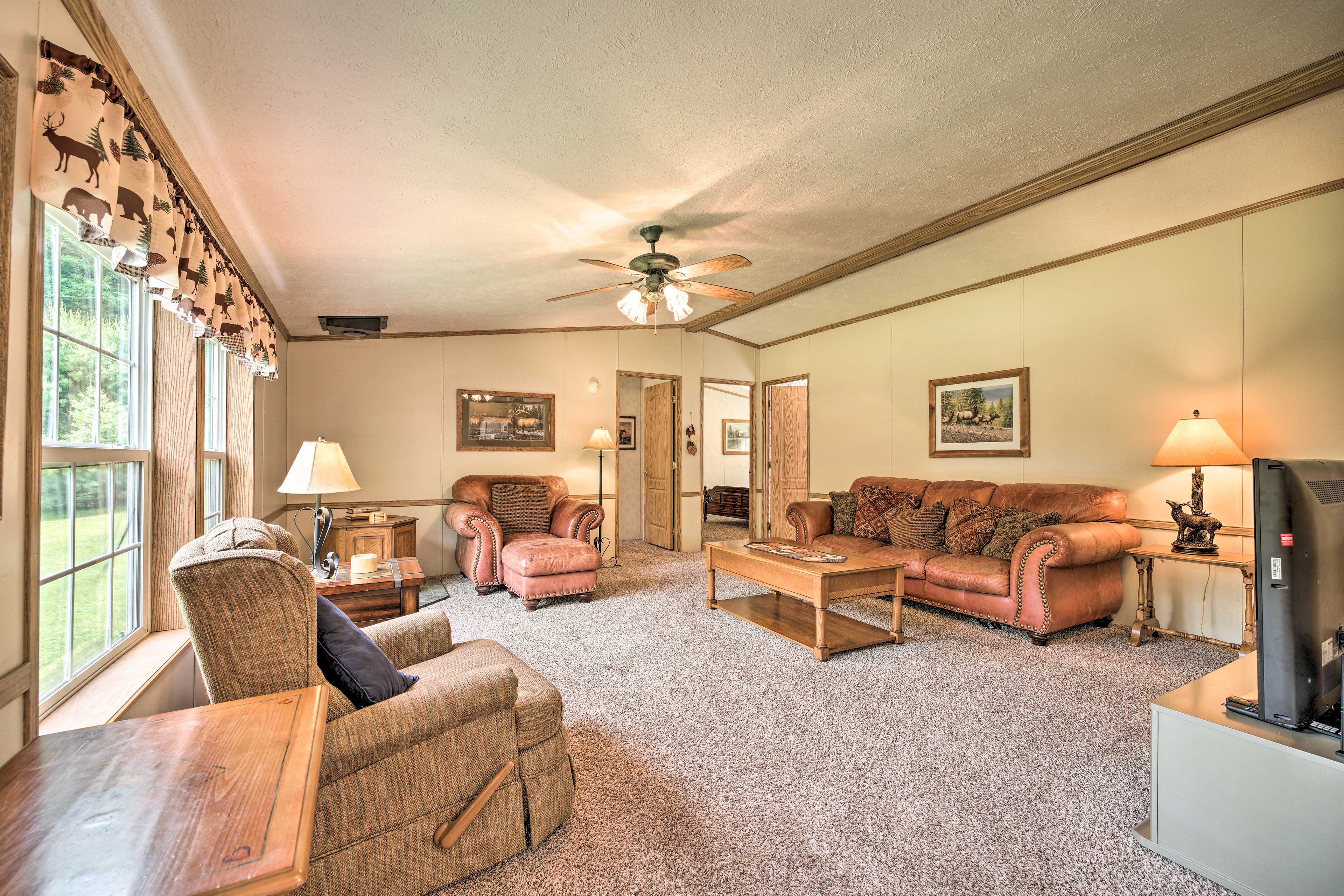 Living Room | Central A/C & Heating | Free WiFi