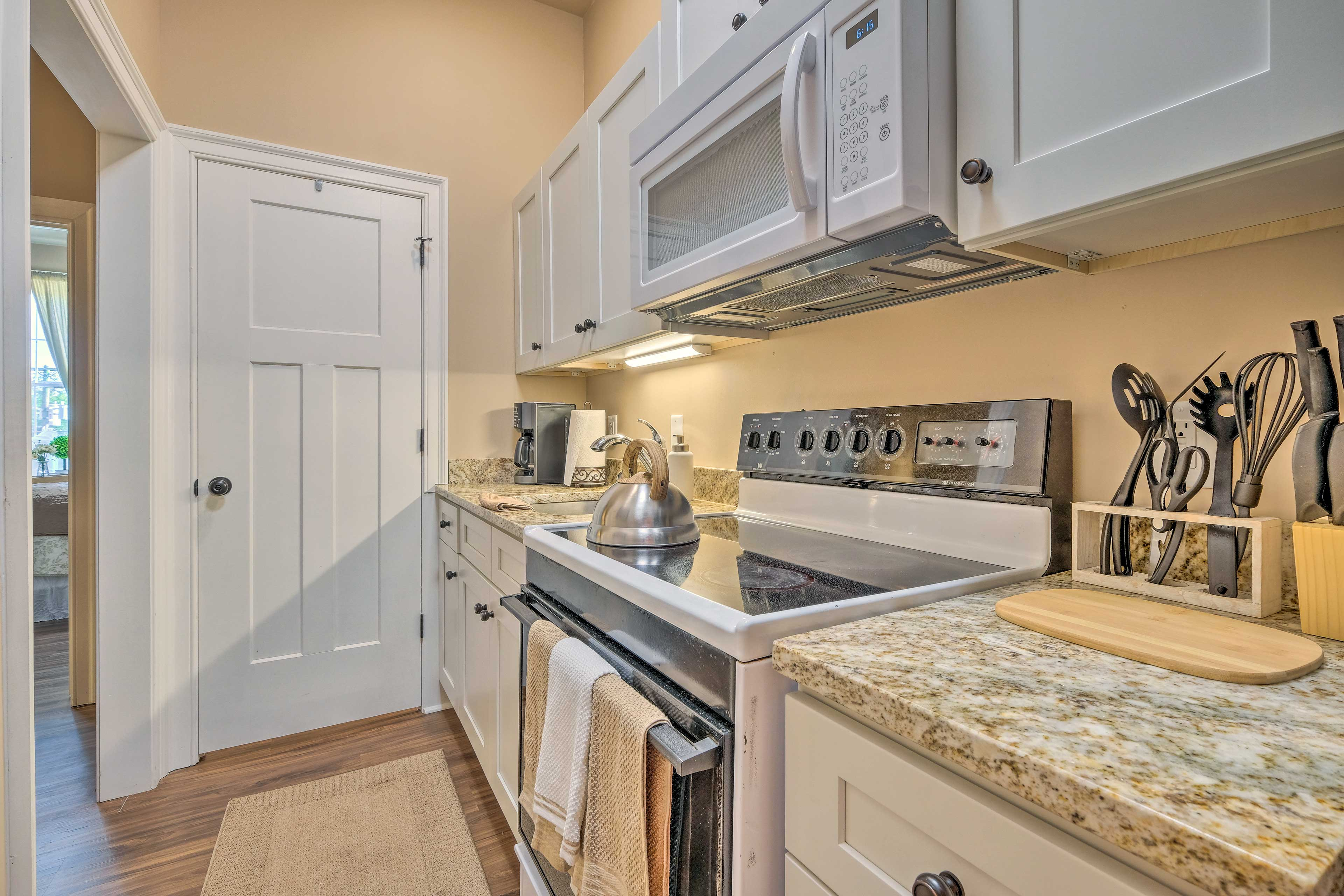 Well-Equipped Kitchen | Pots & Pans
