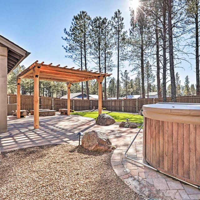 Vacation rental outdoor space with hot tub in Flagstaff, Arizona