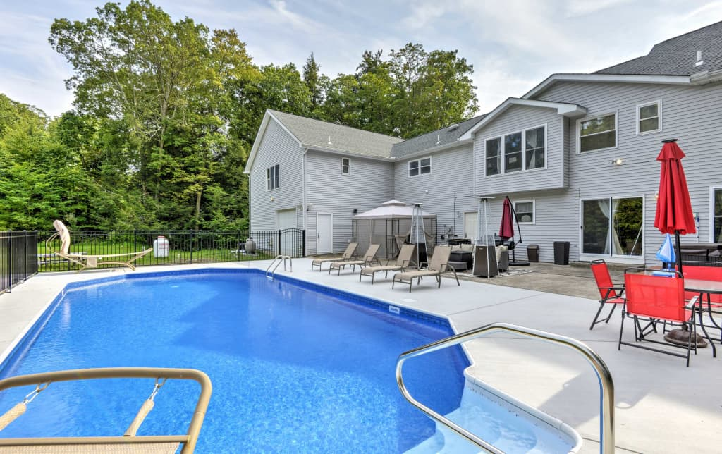 Surprising Superb Stroudsburg Home W Pool Entertainment Deck Interior Design Ideas Inesswwsoteloinfo