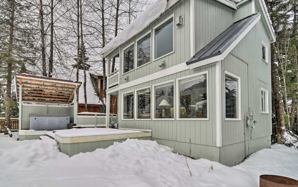 Cabin w/ Hot Tub & Views 1 Mile to Alyeska Resort!